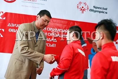 """2017 оны гуравдугаар сарын 09. Австри улсад """"Ялалт байгуулахад минь туслаач. Хэрэв би ялж чадахгүй бол, ялалт авч ирэх оролдлогыг минь зоригжуулаач"""" уриан дор Дэлхийн тусгай олимпийн наадам энэ сарын 14-25-нд болно. Тус наадамд оролцох Монголын баг тамирчдыг үдэн гаргах, Монгол Улсын төрийн далбааг гардуулах ёслол боллоо. Энэхүү олимпийн наадамд манай улсаас нийт 19 тамирчин оролцох юм.  ГЭРЭЛ ЗУРГИЙГ Б.БЯМБА-ОЧИР/MPA"""