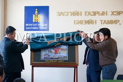 """2018 оны гуравдугаар сарын 19.   """"Дэлхийн долоон тивийн ноён оргилд гарсан анхны монгол хүн, Монгол Улсын Гавьяат тамирчин, ОУХМ Бадамгаравын Гангаамаа"""" сэдэвт шуудангийн маркийг худалдаанд гаргалаа.  ГЭРЭЛ ЗУРГИЙГ Б.БЯМБА-ОЧИР/MPA"""