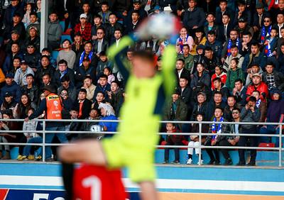 """2019 оны аравдугаар сарын 15. Монголын шигшээ баг ДАШТ, Азийн АШТ-ий урьдчилсан шатны """"F"""" хэсгийн дөрөв дэх тоглолтоо Киргизтэй хийж 1:2-оор харамсалтай ялагдал хүлээлээ.  Эхний хагаст Киргизийн багаас 8 дугаартай Гулжигит Алыкулов, 10 дугаартай Мирлан Мурзаев нар гоол оруулж, зочин баг 0:2-оор тэргүүлж эхлэв.  Хоёрдугаар үе эхлээд удаагүй байхад үндэсний шигшээ багийн 19 дугаартай О.Мижиддорж 11 метрийн торгуулийн цохилт авчирч, багийн ахлагч Н.Цэдэнбал амжилттай болгосноор тоо 1:2 болж ойртсон юм.  Тооны харьцаа ойртсоноос хойш манай шигшээгийн довтолгоо сэргэж Д.Төрбат, А.Дөлгөөн, О.Мижиддорж нар хэд хэдэн аюултай цохилтууд хийсэн ч амжилттай болсонгүй.  Дэлхийн чансаа 86 урд бичигдэж байгаа Киргизтэй хүчтэй өрсөлдөөн үзүүлсэн ч үр дүн эсрэг багийн талд шийдэгдлээ. Ахлах дасгалжуулагч Майкл Вайсс: """"Бид маш их хичээж тоглосон ч эсрэг багт хоёр гоол зүгээр л бэлэглэчихлээ. Манай залуус хүчтэй өрсөлдөөн үзүүлж чадаж байна. Гэвч эерэг үр дүн авч чадахгүй байгаа нь биднийг улам хичээх ёстойг сануулж байна. Бид үр дүнгээ сайжруулах тал дээр анхаарч ажиллана."""" хэмээн тоглолтын дараах хэвлэлийн бага хурал дээр ярилаа.  Чансаа хол илүү багуудтай эн тэнцүү тоглолтуудыг үзүүлж буй үндэсний шигшээ баг дараагийн тоглолтоо 11-р сарын 19-нд Мьянмарын талбайд хийнэ. ГЭРЭЛ ЗУРГИЙГ Б.БЯМБА-ОЧИР/MPA"""