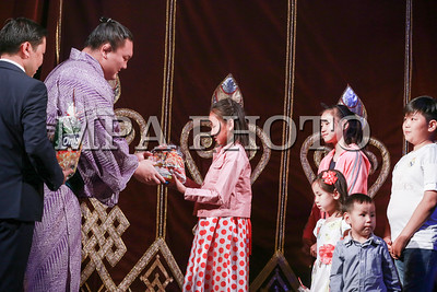 2017 оны тавдугаар сарын 31.  Мэргэжлийн сүмогийн их аварга Хакүхо Даваажаргал 500 хүүхдэд гарын бэлэг гардууллаа.   ГЭРЭЛ ЗУРГИЙГ Б.БЯМБА-ОЧИР/MPA
