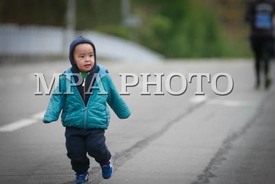 """2017 оны тавдугаар сарын 20. Автомашингүй өдөр буюу """"Улаанбаатар марафон"""" олон улсын гүйлтийн тэмцээн өнөөдөр болж байна. Гүйлтийн спортыг хөгжүүлэх, гүйлтээр хичээллэгч, сонирхогч иргэдийн тоог нэмэгдүүлэх, өсвөр, залуу үеийнхэнд өөрийн дотоод нөөц боломжийг нээж, зорилгодоо хүрэх тэсвэр хатуужил, бие бялдрын болон оюун санааны өв тэгш хүмүүжлийг төлөвшүүлэх, иргэдийг өдөр тутмын биеийн тамираар хичээллэх идэвх санаачлагыг дэмжих зорилгоор Нийслэлийн Засаг даргын Тамгын газар, Нийслэлийн Нийтийн биеийн тамир, спортын хорооноос зохион байгуулж байгаа юм. Олон улсын гүйлтэд оролцогчдын тоо жилээс жилд өсөн нэмэгдэж байгаа бөгөөд 2014 онд 16 мянга 839, 2015 онд 18 мянга 85,  2016 онд нийслэлийн иргэдээс гадна хөдөө, орон нутгаас, Монгол улсад ажиллаж, амьдарч байгаа гадаадын иргэд, хөрш зэргэлдээ орны гүйлт сонирхогчид болон олон улс, тив, дэлхийд танигдсан нэртэй тамирчид зэрэг 27 мянга гаруй хүн оролцож байсан бол энэ жил 33 мянга гаруй иргэн оролцож байна.    """"Улаанбаатар марафон"""" олон улсын гүйлтэд оролцогчид 5 мянган метр, 10 мянган метр, 21 мянган метр, 42 мянган метрийн зайд уралдлаа. Олон улсын гүйлтийн тэмцээний нээлт 10 цагт болж, гарааны дохионы буудлагыг Нийслэлийн Засаг дарга бөгөөд Улаанбаатар хотын захирагч С.Батболд буудсанаар """"Улаанбаатар марафон""""-ы элит гараа буюу хотын зайн гүйгчид гараанаас гарлаа.    Хотын дарга тэмцээнийг нээж хэлсэн үгэндээ """"Энэ жилийн марафон маш их онцлогтой сайхан болж байна. Япон улсаас Монгол Улсад суугаа Онц бөгөөд Бүрэн Эрхт Элчин сайд Такаока Масато, Их Британи Умард Ирландын нэгдсэн улсаас Монгол Улсад суугаа Онц бөгөөд Бүрэн Эрхт Элчин сайд Кетрин Элизабет Арнолд, Канад улсаас Монгол Улсад суугаа Онц бөгөөд Бүрэн Эрхт Элчин сайдЭд Жэйгэр нар гүйж байгаад талархал илэрхийлье. Монгол эх орондоо гүйлтийн спортыг хөгжүүлэх, нийслэл хотоо дэлхий дахинд сурталчлах, гүйлтээр хичээллэгч, сонирхогч иргэдийн тоог нэмэгдүүлэх, өсвөр, залуу үеийнхэнд бие бялдрын болон оюуны өв тэгш хүмүүжил төлөвшүүлэх зорилготой энэхүү гүйлтэнд о"""