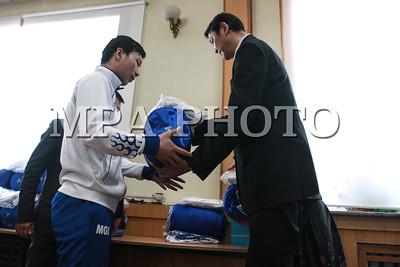 """2017 оны нэгдүгээр сарын 24. Казахстаны Алмата хотод энэ сарын 29-нд эхлэх дэлхийн оюутны спортын """"Универсиад"""" өвлийн наадамд оролцох Монголын баг тамирчдыг үдэх ёслол боллоо. Тус ёслолд БСШУСЯ-ны дэд сайд Ё.Отгонбаяр, БТСГ-ын дарга Ц.Шаравжамц, Монголын оюутны спортын холбооны ерөнхийлөгч Д.Жаргалсайхан болон Монголын цана, тэшүүрийн холбооны удирдлагууд оролцлоо. Энэ үеэр дэд сайд Ё.Отгонбаяр тус наадамд оролцох Монголын багийн тамирчин Ч.Отгонцэцэгт Монгол Улсын төрийн далбааг гардуулсан юм. ГЭРЭЛ ЗУРГИЙГ Г.ӨНӨБОЛД/MPA"""