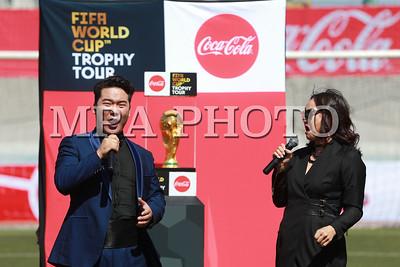 """2018 оны дөрөвдүгээр сарын 23. Хөлбөмбөгийн ДАШТ-ий """"Алтан Дагина"""" цом өнөөдөр Монголд ирлээ. Алтан дагина цом Монголоос Хятад, Японоор зочлоод ОХУ-д буцаж очих аж.  Энэхүү цом нь 6.1 кг жинтэй, 36.8 см өндөртэй, 18 каратын таван кг алтаар бүтээгдсэн. Өмнөх жилийн ДАШТ-д түрүүлсэн баг болон тухайн улсын Ерөнхийлөгч алтан цомд хүрдэг байна.   ГЭРЭЛ ЗУРГИЙГ Б.БЯМБА-ОЧИР/MPA"""