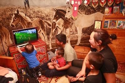 Төв аймгийн Алтанбулаг сум. Малчин Базарсүрэнгийн Энхболд гэр бүлийн хамт ОХУ-д болж буй хөлбөмбөгийн дэлхийн аварга шалгаруулах тэмцээний БЕЛГИ АНГЛИ Улсын багийн тоглолтыг үзэж байна. ГЭРЭЛ ЗУРГИЙГ Б.БЯМБА-ОЧИР/MPA