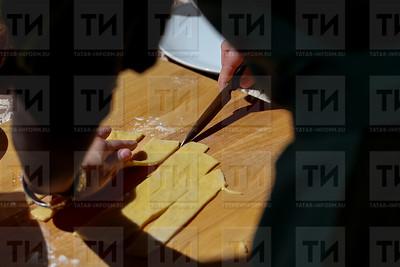 Россия. КАЗАНЬ. 16.06.2018 - Мастер-класс по приготовлению чак-чака (фото: Ильнар Тухбатов/ ИА Татар-Информ)