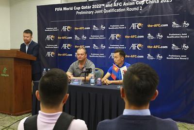 """2019 оны наймдугаар сарын 04. 2022 онд Катарт болох ДАШТ, 2023 онд БНХАУ-д зохиогдох Азийн АШТ-ий урьдчилсан шатны """"F"""" хэсгийн эхний тоглолт 09-р сарын 05-ны 17:00 цагт Монгол, Мьянмарын багуудын хооронд болно. Багууд 2014 оны ДАШТ-ий урьдчилсан шатны эрхийн төлөө тоглоход Монголын шигшээ талбайдаа 1:0 хожсон ч хариу тоглолтод 2:0-ээр хожигдож, нийлбэр дүнгээр Мьянмар дараагийн шатанд үлдэж байв. 2011 онд уг хоёр тоглолтыг хийхэд Мьянмар дэлхийн чансааны 172, Монгол 168-р байрт бичигдэж байсан юм. Энэ чансаа нь Мьянмарын хувьд хамгийн муу үзүүлэлт бол Монголын хамгийн дээд амжилтад тооцогддог. Монголын шигшээ багийг 2017 оноос Герман дасгалжуулагч Майкл Вайсс удирдаж анх удаа зүүн Азийн эхний шат, ДАШТ-ий урьдчилсан шатны эхний давааг давж урьд хожид байгаагүй амжилтуудыг үзүүлээд буй. Мьянмарын баг дөрөв дэх удаагаа ДАШТ-ий урьдчилсан шатанд өрсөлдөж байгаа ч өнгөрсөн дэлхийн аваргын урьдчилсан шатны II даваанд тоглож, ихээхэн туршлага хуримтлуулсан. Зочин улсын 20-иос доош насны шигшээ баг 2015 онд залуучуудын ДАШТ-нд оролцож байсан бөгөөд тус багийн бүрэлдэхүүнээс дөрвөн тоглогч одоо үндэсний шигшээ багийн сүүлийн 23 тамирчдын нэг хэсэг болон дуудагдаад байна. 2011 онд шигшээдээ тоглож байсан тоглогчдоос цөөн тооны тоглогчид одоогийн шигшээ багийн бүрэлдэхүүнд байгааг манай багийнхан мэдээлж буй юм. Х.Цэнд-Аюуш, Н.Цэдэнбал, Б.Ариунболд гэсэн гурван тоглогчид 2011 онд Мьянмартай тоглосон шигшээ багийн бүрэлдэхүүнд байсан ба пүрэв гарагийн тоглолтод гурвуул оролцох боломжтой. Монголын шигшээ баг тоглолтын өмнөх бэлтгэл болгож Унгар улсад 11 хоног бэлтгэл хийж, мэргэжлийн багуудтай хоёр нөхөрсөг тоглохдоо нэг хожиж, нэг ялагдсан. Харин Мьянмарчууд БНХАУ-д бэлтгэл хийж Хятадын шигшээ багтай нөхөрсөг тоглолт хийхдээ 4:1-ээр хожигдсон юм.ГЭРЭЛ ЗУРГИЙГ Г.БАЗАРРАГЧАА/MPA"""