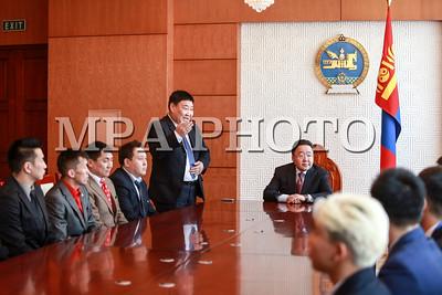2017 оны хоёрдугаар сарын 03. Монгол Улсын Ерөнхийлөгч Ц.Элбэгдорж Mонголын Хоккейн Холбооны тамирчид, төлөөлөгчдийг хүлээн авч уулзлаа.  ГЭРЭЛ ЗУРГИЙГ  Б.БЯМБА-ОЧИР/ МРА