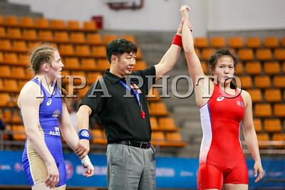 """2017 оны дөрөвдүгээр сарын 29. Эмэгтэйчүүдийн 60кг жинд алтан медалийн төлөө улаан булангаас Монгол Улсын тамирчин Э.Гантуяа цэнхэр булангаас ОХУ-ын тамирчин Юулья фронт нар барилдаж байна. 2017 оны дөрөвдүгээр сарын 29. Долоо дахь удаагийн """"Монголиа Опен"""" чөлөөт бөхийн олон улсын тэмцээн Буянт-Ухаа спорт цогцолборт болж байна. Манай улс зохион байгуулагч орны давуу эрхийг эдэлж, жин тус бүрт олон тамирчин оролцож буй. Нийтдээ манай100 гаруй бөх энэ тэмцээнд хүч үзэх юм. Мөн Монголиа Опен""""-д ОХУ, Буриад, Венесуэл, Канад, Солонгос зэрэг улсын тамирчид хүч үзэж байна.   ГЭРЭЛ ЗУРГИЙГ Б.БЯМБА-ОЧИР/MPA"""