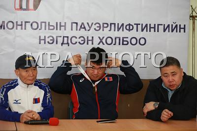 """2017 оны гуравдугаар сарын 06.  АНЭУ-ын Дубай хотод пауэрлифтингийн Дэлхийн цомын тэмцээнээс """"Рио-2016"""" паралимпийн наадмын хүрэл медальт, Монгол Улсын гавьяат тамирчин Э.Содномпилжээ алтан медаль хүртжээ. Э.Содномпилжээ өөрийн багш болон холбооны удирдлагуудтайгаа оролцсон тэмцээнийхээ талаар мэдээлэл хийлээ. ГЭРЭЛ ЗУРГИЙГ Б.БЯМБА-ОЧИР/MPA"""