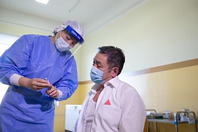 2021 оны гуравдугаар сарын 5. Манай улсад коронавирусийн эсрэг дөрвөн вакциныг албан ёсоор бүртгэснээс Астразеника, Спутник-V, Синофарм вакцинууд албан ёсоор орж ирсэн. Хоёрдугаар сарын 23-наас дархлаажуулалтад хамрагдсан иргэд Астразеника вакциныг хийлгэсэн бол Спутник-V болоод Синофарм вакциныг өчигдөр эрдэмтдийн төлөөлөл хийлгэлээ. Ингэснээр иргэд гурван төрлийн вакцинаас сонгож хийлгэх боломж бүрдэж байгаа юм.  Өнгөрсөн хугацаанд нэг төрлийн вакцин хийж байсан бол цаашид Спутник-V болоод Синофарм вакциныг хийж эхлэхээр болсон. Үүнд ДЭМБ эдгээр вакциныг албан ёсоор батлаагүй байхад яагаад хийж байгаа юм бэ гэдэг асуудал гарч ирнэ. Үүнд УОК-ын дэргэдэх Эрдэмтдийн зөвлөл дарга гурван үндэслэлийг хэллээ.  Нэгдүгээрт, тухайн вакцин Монгол Улсад орж ирсний дараа хүний эмийн зөвлөлөөр эдгээр вакцинуудыг шинжилсэн. Үүнийхээ дараа Монгол Улсын эмийн бүртгэлд албан ёсоор бүртгэдэг. Эмийн бүртгэлд бүртгэсэн учраас эдгээр вакциныг иргэдэд хийх эрх зүйн орчин бүрдсэн гэдэг тайлбарыг хэллээ. Хоёрдугаарт, тухайн вакцинууд технологийн хувьд дархлаажуулалт үүсдэг гэдгийг дэлхийн улс орнууд хүлээн зөвшөөрч энэ нь нотлогдсон. Спутник-V вакциныг өнөөдөр 30 гаруй улс дархлаажуулалтдаа ашиглаж байгаа бол Синофарм вакциныг 50 гаруй улс дархлаажуулалтдаа ашиглаад эхэлсэн. Иймд эдгээр вакциныг Монгол Улсад хийхэд боломжтой гэж үзсэн. Гуравдугаарт, вакцинд хамрагдалтыг цаашид нэмэгдүүлэх шаардлагатай байгаа.  ГЭРЭЛ ЗУРГИЙГ Б.БЯМБА-ОЧИР/MPA