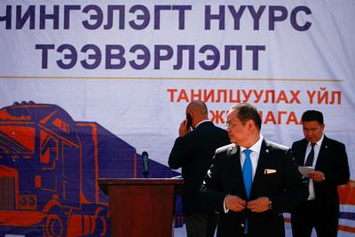2019 оны зургаадугаар сарын 11. Зам, тээврийн хөгжлийн яам болон Автотээврийн үндэсний төвөөс Өмнөговь аймгийн Гашуунсухайт хилийн боомтын чиглэлд чингэлэгээр нүүрс тээвэрлэх үйл ажиллагааг өнөөдөр танилцууллаа.   Монгол Улсын Засгийн газрын 2017 оны 320 дугаар тогтоолын дагуу нүүрс тээвэрлэлтийг Тавантолгойн уурхайгаас Цагаан хадны гаалийн хяналтын бүс хүртэл, энэ цэгээс Гашуунсухайт-Ганц мод боомт гэсэн чиглэлээр зохион байгуулж байгаа билээ. Тавантолгой уурхайгаас ачсан нүүрсийг Цагаан хад гаалийн хяналтын бүсэд ачиж, буулгах явцад 70-80 тонн тутамд 80-85 килограмм нүүрс хорогддог. Харин чингэлэгт тээврийг эхлүүлснээр нүүрсний ачилт, буулгалтаас шалтгаалан байгаль орчинд үзүүлж буй сөрөг нөлөөлөл буурч, нүүрсний жингийн хорогдол болон чанарын алдагдал багасч, хил нэвтрэх хурд нэмэгдэх зэрэг олон давуу талтай гэдгийг ЗТХ-ийн сайд Б.Энх-Амгалан энэ үеэр онцоллоо. ГЭРЭЛ ЗУРГИЙГ Г.ӨНӨБОЛД/MPA