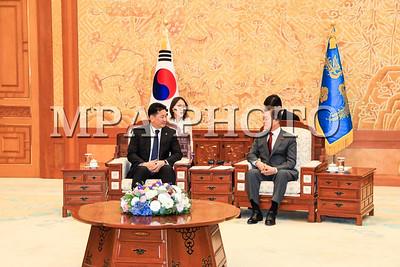 """2018 оны нэгдүгээр сарын 16. БНСУ-д айлчилж байгаа Монгол Улсын Ерөнхий сайд У.Хүрэлсүх энэ сарын 15-ны өдөр тус улсын Ерөнхийлөгч Мүн Жэ Ин-д бараалхав.   Ерөнхийлөгч Мүн Жэ Ин Монгол Улсын Ерөнхий сайд БНСУ-д айлчилж  байгаад сэтгэл хангалуун байгаагаа илэрхийлж, Монгол Улстай тогтоосон """"Иж  бүрэн түншлэлийн харилцаа""""-г """"Стратегийн түншлэл""""-ийн түвшинд хүргэж хөгжүүлэх эрмэлзэлтэй байгаагаа илэрхийлэв.   Тэрээр Монгол,хоёр улсын харилцаа, хамтын ажиллагааг улс төр, эдийн засаг, худалдаа, хөрөнгө оруулалтын чиглэлд өргөжүүлж, иргэдийн солилцоог тэлэх эрмэлзэлтэй байна гэв.   Манай хоёр улс ардчилал, чөлөөт зах зээл зэрэг үнэт зүйлс нэгтэй болохыг  Ерөнхийлөгч Мүн Жэ Ин онцлоод Зүүн Хойд Азийн бүс нутгийн хөгжил цэцэглэлтийн төлөө байдгаараа манай хоёр улс адил гэдгийг тэмдэглэв.  Ерөнхий сайд У.Хүрэлсүх анхны гадаад айлчлалаа """"гуравдагч хөрш"""" БНСУ-аас эхлүүлсэндээ баяртай байгаагаа илэрхийлж, БНСУ-тай харилцах харилцаа Монгол Улсын гадаад бодлогод чухал байр суурь эзэлдэгийг нотлов. Монгол Улс ардчилал, зах зээлийн системд шилжсэн цагаас эхлэн БНСУ тууштай дэмжиж ирснийг дурдав. Энэ удаагийн айлчлал харилцаа, хамтын ажиллагааг эдийн засгийн агуулгаар баяжуулж, иргэдийн солилцоог бэхжүүлэхэд чухал түлхэц үзүүлнэгэдэгт найдаж байгаагаа илэрхийлэв.   Мөн ОУВС-тай хамтран хэрэгжүүлж буй хөтөлбөрийн хүрээнд БНСУ-ын Засгийн газар 500 сая ам.долларын хөнгөлөлттэй зээл олгож буйд талархал илэрхийлж зээлийг Улаанбаатар хотын агаар, орчны бохирдлыг шийдвэрлэхэд ашиглах хүсэлтэй байна гэв.   Талууд хоёр улсын иргэд алсдаа харилцан визгүй зорчдог болох чиглэлээр харилцан хүчин чармайлт гаргах, Азийн супер сүлжээ зэрэг бүс нутгийг хамарсан томоохон төслүүдэд хамтран ажиллах талаар ярилцав.   Ерөнхийлөгч Мүн Жэ Ин Зүүн Хойд Азийн бүс нутагт явуулж буй өөрийн санаачилсан """"Шинэ Умардын бодлого""""-оо тайлбарлаж, Евразийн зүрхэнд орших Монгол Улстай улам нягт хамтран ажиллах нөөц боломж их байгааг цохон тэмдэглэв.  Ирэх зургаадугаар сард зохиогдох Зүүн Хойд Азийн бүс нутгийн аюулгүй б"""
