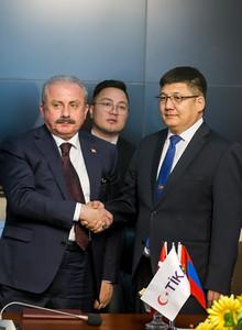 """2019 оны долдугаар сарын 29. УИХ-ын дарга Г.Занданшатарын урилгаар Бүгд Найрамдах Турк Улс /БНТУ/-ын Үндэсний их хурлын дарга Мустафа Шентоп тэргүүтэй төлөөлөгчид энэ сарын 29-31-нд Монгол Улсад албан ёсоор айлчилж байна.     Айлчлалын үеэр,  БНТУ-ын Үндэсний их хурлын дарга Мустафа Шентоп УИХ-ын дарга Г.Занданшатарын урилгаар БНТУ-ын  Үндэсний Их Хурлын дарга Мустафа Шентоп тэгрүүтэй төлөөлөгчид айлчлалынхаа хүрээнд Туркийн хамтын ажиллагаа, зохицуулах агентлаг /ТИКА/-ийн санхүүжилтээр хэрэгжсэн """"Монгол улсын Ерөнхий Прокурорын газрын Эрүүгийн хэргийн төв архивт Архивын шүүгээ нийлүүлэх төсөл""""-ийн нээлтэнд оролцлоо.  Төслийн нээлтийн арга хэмжээнд Монгол улсын Ерөнхий прокурорын орлогч М.Чинбат, Улсын Ерөнхий Прокурорын орлогч С.Алиманцэцэг, БНТУ-аас Монгол улсад суугаа Онц бөгөөд бүрэн эрхэт элчин сайд Ахмет Язал, ТИКА-ийн Монгол дахь хөтөлбөр зохицуулагч Эмрах Устаөмэр болон БНТУ-ын Үндэсний их хурлын гишүүд оролцов.       Монгол Улс, Бүгд Найрамдах Турк Улсын хооронд 1969 оны 6 дугаар сарын 24-нд дипломат харилцаа тогтоосон бөгөөд дипломат харилцаа тогтоосны 50 жилийн ойд зориулан гаргасан дурсгалын маркны нээлтийн ажиллагаанд ноён Мустафа Шентоп тэргүүтэй төлөөлөгчид оролцоно. Мөн тэрбээр Туркийн хамтын ажиллагаа, зохицуулах агентлаг /ТИКА/-ийн санхүүжилтээр Монголын Улсын Ерөнхий прокурорын газрын Эрүүгийн хэргийн төв архивт хэрэгжсэн төслийн нээлтийн үйл ажиллагаанд оролцох юм.    Хоёр улсын харилцаа, парламент хоорондын хамтын ажиллагааг өргөжүүлэн хөгжүүлэхэд түлхэц үзүүлэх энэхүү айлчлал нь хоёр улсын хооронд дипломат харилцаа тогтоосны 50 жилийн ойн хүрээнд болж буйгаараа онцлог юм гэж УИХ-ын Хэвлэл мэдээлэл, олон нийттэй харилцах хэлтэс мэдээлэв.   ГЭРЭЛ ЗУРГИЙГ Б.БЯМБА-ОЧИР/MPA"""