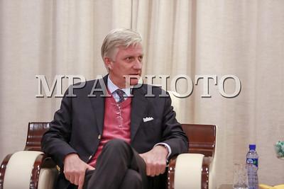 """2016 оны Аравдугаар сарын 10.  Япон Улс руу Төрийн айлчлал хийхээр явах замдаа """"Чингис Хаан"""" Олон Улсын нисэх буудалд түр саатсан Бельгийн Цог Жавхлант Ван Филипп, Хатан Матильда нарт 10 дугаар сарын 10-ны өдөр Монгол Улсын Гадаад харилцааны сайд Ц.Мөнх-Оргил хүндэтгэл үзүүлэв.  Цог Жавхлант Ван Филипп, Хатан Матильда нар Улаанбаатар хотод хоёр цаг орчим саатсан бөгөөд энэ үеэр сайд Ц.Мөнх-Оргил ирсэн зочдод Монголын түүх, соёл, ард түмний ахуй заншлын талаар танилцуулж, эдийн засгийн өнөөгийн нөхцөл байдал, цаашдын зорилтын талаар мэдээлэв.  Мөн Монгол, Бельгийн харилцааны зарим асуудлаар товч ярилцаж, хоёр улсын харилцаа, хамтын ажиллагааг улам бүр өргөжүүлэн хөгжүүлэх эрмэлзлээ илэрхийлэв.  Уулзалтын төгсөлд сайд Ц.Мөнх-Оргил Ховд хотод төвлөрч буй """"Баруун бүсийн оношилгоо, эмчилгээний төвийг сайжруулах төсөл""""-ийг Бельгийн Засгийн газрын хөнгөлөлттэй зээлээр хэрэгжүүлж, хүн амд хүртээх эрүүл мэндийн үйлчилгээг сайжруулахад дэмжлэг үзүүлж буй Бельгийн ард түмэн, Засгийн газарт талархал илэрхийлэв.  Цог Жавхлант Ван Филипп, Хатан Матильда нар ийнхүү хүндэтгэл үзүүлсэнд талархалаа илэрхийлээд, Монгол оронтой ойртон танилцах боломж гарна гэдэгт итгэлтэй байгаагаа дурдав. ГЭРЭЛ ЗУРГИЙГ Б.БЯМБА-ОЧИР/MPA"""