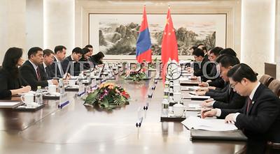 """2017 оны арванхоёрдугаар сарын 05. Монгол Улсын Гадаад харилцааны сайд Д.Цогтбаатар БНХАУ-ын Гадаад хэргийн сайд Ван И-гийн урилгаар 2017 оны 12 дугаар сарын 3-5-ны өдрүүдэд БНХАУ-д албан ёсны айлчлал хийж байна.  Гадаад харилцааны сайд Д.Цогтбаатар БНХАУ-ын Гадаад хэргийн сайд Ван И-тэй албан ёсны хэлэлцээ хийж, Монгол, Хятадын Иж бүрэн стратегийн түншлэлийн харилцаа, хамтын ажиллагаа болон олон улс, бүс нутгийн харилцан сонирхсон асуудлаар санал солилцов.  Гадаад харилцааны сайд нар хоёр орны найрсаг харилцаа, хамтын ажиллагааг урт хугацаанд тогтвортой хөгжүүлэх нь өөрсдийн гадаад бодлогын тэргүүлэх чиглэл болохыг нотолж, Монгол, Хятадын Иж бүрэн стратегийн түншлэлийн харилцааг бүхий л салбарт урагшлуулан хөгжүүлэхэд хүч чармайлт гаргахаа илэрхийлж, хоёр талын цаашдын хамтын ажиллагааны талаар дэлгэрэнгүй яриа өрнүүлэв.  Талууд1994 онд байгуулсан """"Найрсаг харилцаа, хамтын ажиллагааны тухай Гэрээ"""" болон харилцааны бусад баримт бичгүүдийн үзэл санааны дагуу бие биеийн тусгаар тогтнол, бүрэн эрхт байдал, газар нутгийн бүрэн бүтэн байдлыг харилцан хүндэтгэх, дотоод хэрэгт үл оролцох, эрх тэгш, харилцан ашигтай байх, энх тайвнаар зэрэгцэн оршиж, тус тусын сонгосон хөгжлийн замыг харилцан хүндэтгэдгээ дахин нотлов.  Хоёр тал өндөр, дээд түвшний айлчлалын давтамжийг хадгалахын чухалыг тэмдэглээд, Монгол Улсын Ерөнхий сайдыг ирэх онд БНХАУ-д айлчлуулж, Монгол, Хятадын хүмүүнлэгийн зөвлөлийн анхдугаар хуралдааныг ойрын үед зохион байгуулахаар тохиролцов.  Монголын талын """"Хөгжлийн зам"""" хөтөлбөрийг хятадын талын """"Бүс ба Зам"""" санаачилгатай уялдуулж, хамтын ажиллагааны шинэ боломжуудыг бүрэн ашиглаж, худалдаа, эдийн засгийн харилцааг урагшлуулан хөгжүүлэхээр санал нэгдэв.  Монголын тал БНХАУ-ын Засгийн газраас олгож ирсэн хөнгөлөлттэй зээл, буцалтгүй тусламж нь Монгол Улсын нийгэм, эдийн засгийн хөгжилд чухал хувь нэмэр оруулж байдагт талархал илэрхийлж, хамтын ажиллагааны томоохон төслүүдийг урагшлуулахад хамтран ажиллахаа илэрхийлэв. Хятадын тал монголын талд эдийн засгийн х"""