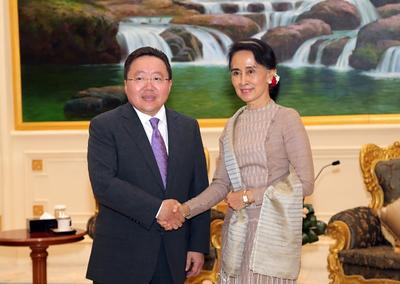 """2016 оны зургадугаар сарын 15. Монгол Улсын Ерөнхийлөгч Ц.Элбэгдорж өнөөдөр Мьянмарын Холбооны Бүгд Найрамдах Улсын Ерөнхийлөгч Тин Чяу-тай албан ёсны хэлэлцээ хийлээ.  Хэлэлцээний үеэр Мьянмарын Ерөнхийлөгч Тин Чяу хэлэхдээ """"Монгол Улс, Мьянмарын Холбооны Бүгд Найрамдах Улсын хооронд дипломат харилцаа тогтоосны 60 жилийн ойн хүрээнд манай улсад ажлын айлчлал хийхээр хүрэлцэн ирсэн Монгол Улсын Ерөнхийлөгч Цахиагийн Элбэгдорж танд гүнээ талархал илэрхийлье. Таныг Мьянмарын Холбооны Бүгд Найрамдах Улсад тавта морилохыг хүсье"""" гэв.  Монгол Улсын Ерөнхийлөгч хэлсэн үгэндээ """"Намайг болон миний дагалдан яваа зочид төлөөлөгчдийг халуун дотноор хүлээн авсанд талархаж байна. Хоёр улсын хоорондын дипломат харилцаа тогтоосны 60 жилийн ойн хүрээнд айлчилж байгаадаа баяртай байна. Манай хоёр улсын хооронд харилцаа хамтын ажиллагаагаа сайжруулах салбар, нөөц боломж их бий. Сүүлийн жилүүдэд хоёр талын өндөр дээд хэмжээний айлчлалын давтамж нэмэгдэж байгааг дурдахад таатай байна. Мьянмарын Ерөнхийлөгчөөс эхлээд төрийн албаны төлөөлөгчид Монголд айлчлан ирсэн. Энэ харилцааны дүнд хоёр улсын ард иргэд маань харилцан туршлага суралцах, бие биенээ дэмжих эрмэлзэлтэй болж байгаа нь хамгаас сайшаалтай.      Монголчууд 1990-ээд оноос ардчилалд шилжин зах зээлийн эдийн засгийг сонгосон. Аливаа өөрчлөлт шилжилтийг хийх тухай ярих, хэрэгжүүлэх хоёр тэс ондоо. Энэ хүнд бэрх замыг туулсан бид сурсан мэдсэн зүйлээ бусадтай хуваалцахыг хүсдэг.  Бид Мьянмар Улсад өргөн бүрэлдэхүүнтэй хүрэлцэн ирээд байна. Өнөөдөр бид өнөөдөр """"Байгалийн баялаг ашиглалтын зүй зохистой менежмент 2"""" семинарт оролцоод ирлээ. Энэхүү семинарт байгалийн баялгаас орох ашиг орлогыг хэрхэн оновчтой зарцуулах, ашгийг ард иргэдэд эн тэнцүү хуваарилахын тулд сайн засаглалыг бүрдүүлэх нь чухал гэх мэт чухал сэдвийг хөндөж ярилцлаа.  Мьянмарын Ерөнхийлөгчөөр сонгогдон ажиллах болсонд тань баяр хүргэе. Таны манлайллын дагуу Мьянмар улам бүр хөгжин цэцэглэж, улам нээлттэй улс орон болно гэдэгт итгэлтэй байна"""".  Мьянмарын Ерөнхийл"""
