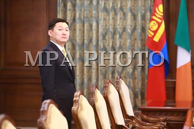 2018 оны дөрөвдүгээр сарын 30.  Монгол Улсын Их Хурлын дарга Миеэгомбын Энхболд Монгол Улсад албан ёсны айлчлал хийж буй Ирланд Улсын Парламентын Доод танхимын дарга Шон О'Фарелыг  өнөөдөр (2018.04.30) их жанжин Д.Сүхбаатарын талбайд угтан авч, мэндчиллээ.  Улсын Их Хурлын дарга М.Энхболд эрхэм зочны хамт их эзэн Чингис хааны хөшөөнд хүндэтгэл үзүүлсний дараа Төрийн ордны Ёслол хүндэтгэлийн өргөөний Баганат танхимд саатан Ирланд Улсын Парламентын Доод танхимын дарга Шон О'Фарел хүндэт зочны дэвтэрт сэтгэгдлээ үлдээн, гарын үсэг зурав.  Үүний дараа Ирланд Улсын Парламентын Доод танхимын дарга Шон О'Фарел, Монгол Улсын Их Хурлын дарга М.Энхболд нарын уулзалт эхэлсэн.  Айлчлалын үеэр Монгол Улсын Их Хурлын дарга М.Энхболд, Ирланд Улсын Парламентын Доод танхимын дарга Шон О'Фарел нар албан ёсны уулзалт хийж, хоёр талын харилцаа, парламент хоорондын хамтын ажиллагааны болон харилцан сонирхсон бусад асуудлаар санал солилцоно. Мөн хоёр улсын парламентын тэргүүн нар Монгол Улсын Их Хурал, Ирланд Улсын Парламентын Доод танхим хоорондын хамтын ажиллагааны Санамж бичигт гарын үсэг зурна.  Монгол Улс Ирланд Улстай 1998 оны 12 дугаар сарын 22-нд дипломат харилцаа тогтоосон. Хоёр улсын харилцаа, парламент хоорондын хамтын ажиллагааг өргөжүүлэн хөгжүүлэхэд түлхэц үзүүлэх энэхүү айлчлал нь хоёр улсын хооронд дипломат харилцаа тогтоосны 20 жилийн ойтой давхцаж буйгаараа онцлог юм гэж Улсын Их Хурлын Хэвлэл мэдээлэл, олон нийттэй харилцах хэлтэс мэдээлэв.  ГЭРЭЛ ЗУРГИЙГ Б.БЯМБА-ОЧИР/MPA