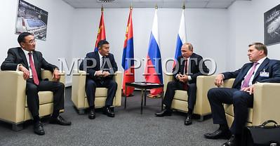 """2017  оны наймдугаар сарын 28. Монгол Улсын Ерөнхийлөгч Халтмаагийн Баттулга өчигдөр Будапештэд болсон Жүдогийн дэлхийн аварга шалгаруулах тэмцээний нээлтийн дараа Оросын Холбооны Улсын Ерөнхийлөгч Владимир Путинтэй уулзлаа.  Монгол Улсын Ерөнхийлөгч Х.Баттулга  ОХУ-ын Ерөнхийлөгч В.Путин болон Унгар улсын Ерөнхий сайд В.Орбан нарын хамт тэмцээний нээлт үзсэн юм.  Монгол Улсын Ерөнхийлөгч Халтмаагийн Баттулга ОХУ-ын Ерөнхийлөгч В.В.Путинтай уулзах үеэр """"Жүдогийн дэлхийн аварга шалгаруулах энэ чухал тэмцээний үеэр тантай уулзахдаа маш их баяртай байна. Бид хоёулаа энэ спортод элэгтэй хүмүүс учраас цаашдын харилцаанд маань эергээр нөлөөлнө гэдэгт итгэж байна. Төлөвлөсөн ёсоор бид ойрын хугацаанд Владивостокт ажлын уулзалт хийнэ.  Монгол Улсад Ерөнхийлөгчийн сонгууль дуусаад удаагүй байна. Миний бие хойд хөрштэйгөө харилцаагаа улам өргөжүүлэхийг хүсч байгаа. Хоёр улсын худалдааны эргэлт сүүлийн үед өсч байгаад хил орчмын бүс нутгийн худалдаа, эдийн засгийн харилцаа  их үүрэг гүйцэтгэсэн. Манай хоёр улс 4000 гаруй км газар нутгаар хиллэдэг  учраас энэ бүс нутгийн хоорондын харилцааны асуудалд түлхүү анхаарал тавих нь зүйтэй гэж би үзэж байна.  Бид гадаадын хөрөнгө оруулалт татах сонирхолтой. Бидний тэргүүлэх чиглэл бол төмөр зам. Энэ салбарт Улаанбаатар төмөр зам хэмээх манай хоёр улсын 50:50 хувийн оролцоотой хувь нийлүүлсэн компани ажиллаж байгаа"""" гэлээ.  ОХУ-ын Ерөнхийлөгч В.Путин """"Ноён Ерөнхийлөгч тантай уулзах завшаан тохиосонд би туйлын баяртай байна. Бид таныг улстөрч бөгөөд чадварлаг тамирчин гэдгээр нь мэддэг. Энд болж буй ДАШТ-ийг  Монголын жүдочид амжилттай эхлүүлж байгаад баяр хүргэе.  Хоёр талын харилцааны хувьд таны оролцохоор зэхэж буй Владивостокийн Дорнын эдийн засгийн чуулга уулзалтын үеэр илүү нухацтай ярилцах боломж олдоно гэдэгт итгэлтэй байна. Худалдаа, эдийн засгийн харилцаа эерэг хандлагатай болоод байгаа. Өнгөрсөн жил хоёр талын худалдааны эргэлт 20 хувиар буурсан бол энэ оны эхний хагас жилд 34 хувиар өссөн нь үүний жишээ юм.  Улс төрийн харилц"""