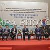 """2016 оны тавдугаар сарын 18. Монгол Улсын Ерөнхийлөгч Цахиагийн Элбэгдорж Бүгд Найрамдах Солонгос Улсын Ерөнхийлөгч Пак Гын Хэ-гийн урилгаар албан ёсны айлчлал хийхээр дагалдан яваа төлөөлөгчдийн хамт Сөүл хотноо хүрэлцэн ирлээ.<br /> <br /> Монгол Улсын Ерөнхийлөгч Ц.Элбэгдоржийг Бүгд Найрамдах Солонгос Улсын Нэгдлийн сайд Хон Ён Пё  болон албаны хүмүүс угтан авч хүндэт харуулын цэрэг жагсан хүндэтгэл үзүүлэв.<br /> <br /> Ерөнхийлөгч айлчлалын эхэнд Эрх чөлөө,тусгаар тогтнол, шударга ёсны төлөө тэмцэгчдийн Төрийн хүндэтгэлийн цогцолборт  цэцэг өргөн, Хүндэт зочны дэвтэрт гарын үсэг зурлаа.<br /> <br /> Өнөөдөр /5-р сарын 18/ Монгол Улсын Ерөнхийлөгч Ц.Элбэгдоржид Сөүл хотын дарга Пак Вон Сүн бараалхаж, Сөүл хотын Хүндэт иргэний батламж гардуулах ёслолын ажиллагаа болно. Мөн Монгол Улсын Ерөнхийлөгч БНСУ-д ажиллаж амьдарч буй Монгол иргэдийн төлөөлөлтэй уулзах юм.<br /> <br /> Монгол Улсын Ерөнхийлөгч Ц.Элбэгдорж 2016 оны 5 дугаар сарын 18-20-ны өдрүүдэд хийх албан ёсны айлчлалынхаа үеэр БНСУ-ын Ерөнхийлөгч Пак Гын Хэ-тэй албан ёсны хэлэлцээ хийх бөгөөд БНСУ-ын Үндэсний ассамблейн дарга Жон Ы Хва, Ерөнхийлөгчид бараалхана.<br /> <br /> Мөн Солонгосын Гадаад судлалын Их сургуульд зочлон """"Монгол Улсын гадаад бодлого, бүс нутгийн аюулгүй байдал"""" сэдвээр лекц уншиж, KBS телевизэд ярилцлага өгнө.<br /> ГЭРЭЛ ЗУРГИЙГ Б.БЯМБА-ОЧИР/MPA"""