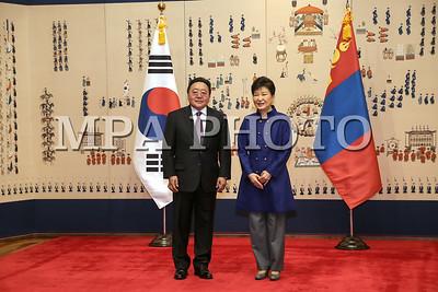 """2016 оны тавдугаар сарын 20. Бүгд Найрамдах Солонгос Улсын Ерөнхийлөгч Пак Гын Хэ-гийн урилгаар  албан ёсны айлчлал хийж байгаа Монгол Улсын Ерөнхийлөгч Цахиагийн  Элбэгдоржийг БНСУ-ын Ерөнхийлөгч Пак Гын Хэ албан ёсоор угтах ёслол  боллоо.  Монгол Улсын Ерөнхийлөгч """"Хөх ордон""""-д хүрэлцэн  ирэхэд БНСУ-ын Ерөнхийлөгч угтан авч мэндчиллээ. Хүндэт харуул жагсаж, харуулын дарга мэндчилсэний дараа хоёр орны төрийн дуулал эгшиглэв.  Монгол Улсын Ерөнхийлөгч Цахиагийн Элбэгдоржийг хоёр орны далбаа барьсан хүүхдүүд Монголоор мэндчилэн угтаж баяр хүргэв.  Ерөнхийлөгч Ц.Элбэгдорж Хүндэт зочны дэвтэрт гарын үсэг зурж, дурсгалын зураг авахууллаа.    Угтах ёслолд Монголын талаас Монгол Улсын Гадаад хэргийн сайд Лүндэгийн Пүрэвсүрэн, Монгол Улсаас Бүгд Найрамдах Солонгос Улсад суугаа Онц бөгөөд Бүрэн эрхт Элчин сайд Баасанжавын Ганболд , Нийслэлийн Засаг дарга бөгөөд Улаанбаатар хотын захирагч Эрдэнийн Бат-үүл болон албаны хүмүүс БНСУ-н талаас Шадар сайд бөгөөд Стратеги, сангийн сайд Ю Иль Хо, Гадаад хэргийн сайд Юн Бён Сэ, Засаг захиргааны сайд Хун Юн Шиг, Соёл, спорт, аялал жуулчлалын сайд Ким Жун Дог, Аж үйлдвэр, Худалдаа, эрчим хүчний сайд Жу Хён Хван, Газар, дэд бүтэц, тээврийн сайд Кан Ху Ин, Ерөнхийлөгчийн тамгын газрын дарга Ли Вон Жун болон албаны хүмүүс байлцав.  Угтах ёслолын дараа Монгол Улсын Ерөнхийлөгч Цахиагийн Элбэгдорж БНСУ-ын Ерөнхийлөгч Пак Гын Хэ нар албан ёсны хэлэлцээ хийж,  Монгол, Солонгосын хамтын ажиллагааны баримт бичигт гарын үсэг зурах ёслолд оролцлоо.  Ёслолын үйл ажиллагааны дараа Монгол Улсын Ерөнхийлөгч Цахиагийн Элбэгдоржийг хүндэтгэн БНСУ-Ерөнхийлөгч Пак Гын Хэ үдийн зоог барилаа.   ГЭРЭЛ ЗУРГИЙГ Б.БЯМБА-ОЧИР/MPA"""