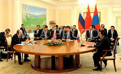 """2016 оны зургаадугаар сарын 23.  Бүгд Найрамдах Узбекистан Улсын нийслэл Ташкент хотод болж буй ШХАБ-ын гишүүн орнуудын Төрийн тэргүүн нарын зөвлөлийн хуралдаанд оролцож байгаа Монгол Улсын Ерөнхийлөгч Ц.Элбэгдорж өнөөдөр БНХАУ-ын дарга Си Зиньпинтэй """"Куксарой"""" цогцолборт уулзав.  Уулзалтын үеэр БНХАУ-ын дарга Си Зиньпин хэлэхдээ """"Үүний өмнө Монгол Улс, БНХАУ-ын Төрийн тэргүүнүүд хэдэнтээ  уулзаж хэд хэдэн чухал тохиролцоонд хүрсэн. Одоо хоёр талын харилцаа маш сайн, ажил хэрэгч түвшинд хүрээд байна. Хоёр орны хооронд иж бүрэн стратегийн түншлэлийн харилцаа тогтож, хоёр талын харилцаа гүнзгийрэн хөгжиж байна. Хятад, Монголын харилцаанд шинэ боломжууд гарч ирж, иж бүрэн стратегийн түншлэлийн харилцааны агуулгыг баяжуулж байна"""" гэлээ.  Монгол Улсын Ерөнхийлөгч Ц.Элбэгдорж хэлэхдээ """"БНХАУ-ын дарга Си Зиньпин тантай өнөөдөр уулзалт хийж байгаадаа туйлын баяртай байна. Хоёр орны харилцаа иж бүрэн стратегийн түвшинд хөгжиж байна. Энэ харилцааг таны Монгол Улсад хийсэн төрийн айлчлалын үеэр тохиролцож байсан. Энэ харилцаа улам идэвхтэй үргэлжлэн хөгжиж байгаад баяртай байна.  Удахгүй Улаанбаатарт болох АСЕМ-ийн дээд хэмжээний уулзалтын үеэр БНХАУ-ын Төрийн зөвлөлийн дарга Ли Кэцян Монгол Улсад албан ёсны айлчлал хийх гэж байгаа. Энэ үеэр хүлээгдэж байгаа олон асуудал шийдэгдэнэ гэдэгт итгэж байгаагаа илэрхийлье.  Өнөөдөр хоёр талын харилцаанд шийдвэрлэх шаардлагатай гэж үзэж байгаа зарим асуудлаар товч санал солилцъё гэж бодсон.  Нэгд, 2004 онд хоёр улсын хооронд байгуулсан хилийн боомт, тэдгээрийн дэглэмийн тухай хэлэлцээрийг шинэчлэх ажил урагштай явж байна. Энд хамгийн гол нь дөрвөн боомтыг олон улсын статустай болгож шийдэх асуудал чухал байна. Энэ хүрээнд Гашуунсухайт, Ганц модны боомттой холбоотой асуудал байгаа. Энд төмөр замтай холбоотой үүсч байгаа асуудлыг шийдэхэд онцгой анхаарч өгөхийг таниас хүсч байна.  Хоёрт, таныг 2014 онд Монгол Улсад айлчлахад байгуулсан Монгол Улс БНХАУ-ын нутаг дэвсгэрээр далайд гарах бололцоог хөгжүүлэх, төмөр замын дамжин өнгөрөх тээв"""