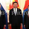 """2016 оны зургаадугаар сарын 23.  Бүгд Найрамдах Узбекистан Улсын нийслэл Ташкент хотод болж буй ШХАБ-ын гишүүн орнуудын Төрийн тэргүүн нарын зөвлөлийн хуралдаанд оролцож байгаа Монгол Улсын Ерөнхийлөгч Ц.Элбэгдорж өнөөдөр БНХАУ-ын дарга Си Зиньпинтэй """"Куксарой"""" цогцолборт уулзав.<br /> <br /> Уулзалтын үеэр БНХАУ-ын дарга Си Зиньпин хэлэхдээ """"Үүний өмнө Монгол Улс, БНХАУ-ын Төрийн тэргүүнүүд хэдэнтээ  уулзаж хэд хэдэн чухал тохиролцоонд хүрсэн. Одоо хоёр талын харилцаа маш сайн, ажил хэрэгч түвшинд хүрээд байна. Хоёр орны хооронд иж бүрэн стратегийн түншлэлийн харилцаа тогтож, хоёр талын харилцаа гүнзгийрэн хөгжиж байна. Хятад, Монголын харилцаанд шинэ боломжууд гарч ирж, иж бүрэн стратегийн түншлэлийн харилцааны агуулгыг баяжуулж байна"""" гэлээ.<br /> <br /> Монгол Улсын Ерөнхийлөгч Ц.Элбэгдорж хэлэхдээ """"БНХАУ-ын дарга Си Зиньпин тантай өнөөдөр уулзалт хийж байгаадаа туйлын баяртай байна. Хоёр орны харилцаа иж бүрэн стратегийн түвшинд хөгжиж байна. Энэ харилцааг таны Монгол Улсад хийсэн төрийн айлчлалын үеэр тохиролцож байсан. Энэ харилцаа улам идэвхтэй үргэлжлэн хөгжиж байгаад баяртай байна.<br /> <br /> Удахгүй Улаанбаатарт болох АСЕМ-ийн дээд хэмжээний уулзалтын үеэр БНХАУ-ын Төрийн зөвлөлийн дарга Ли Кэцян Монгол Улсад албан ёсны айлчлал хийх гэж байгаа. Энэ үеэр хүлээгдэж байгаа олон асуудал шийдэгдэнэ гэдэгт итгэж байгаагаа илэрхийлье.<br /> <br /> Өнөөдөр хоёр талын харилцаанд шийдвэрлэх шаардлагатай гэж үзэж байгаа зарим асуудлаар товч санал солилцъё гэж бодсон.<br /> <br /> Нэгд, 2004 онд хоёр улсын хооронд байгуулсан хилийн боомт, тэдгээрийн дэглэмийн тухай хэлэлцээрийг шинэчлэх ажил урагштай явж байна. Энд хамгийн гол нь дөрвөн боомтыг олон улсын статустай болгож шийдэх асуудал чухал байна. Энэ хүрээнд Гашуунсухайт, Ганц модны боомттой холбоотой асуудал байгаа. Энд төмөр замтай холбоотой үүсч байгаа асуудлыг шийдэхэд онцгой анхаарч өгөхийг таниас хүсч байна.<br /> <br /> Хоёрт, таныг 2014 онд Монгол Улсад айлчлахад байгуулсан Монгол Улс БНХАУ-ын нутаг дэвс"""