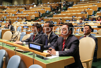 """2016 оны наймдугаар сарын 20. НҮБ-ын Ерөнхий Ассамблейн 71 дүгээр чуулганы Ерөнхий санал шүүмжлэл өнөөдөр АНУ-ын Нью-Йорк хотноо эхэллээ. Энэ өдөр Монгол Улсын Ерөнхийлөгч Цахиагийн Элбэгдорж Тогтвортой хөгжлийн 2030 хөтөлбөрийг баталсны нэг жилийн ойд зориулсан """"SDG Moment"""" өндөр түвшний арга хэмжээ болон НҮБ-ын Ерөнхий Ассамблейн Ерөнхий санал шүүмжлэлийн нээлтийн ажиллагаанд тус тус оролцлоо.  НҮБ-ын Ерөнхий Ассамблейн Ерөнхий санал шүүмжлэлийг НҮБ-ын Ерөнхий нарийн бичгийн дарга Бан Ги Мүн, НҮБ-ын Ерөнхий Ассамблейн Ерөнхийлөгч Петер Томпсон нар нээсний дараа Бразил, Чад, АНУ, Словаки, Гуана, Катар, Аргентин, Франц, Малави гэх мэт дарааллаар улс орнуудын төрийн тэргүүнүүд үг хэлэв. Монгол Улсын Ерөнхийлөгч жагсаалтын 31-т үг хэллээ. Ерөнхий санал шүүмжлэлд нийт 102 улсын төрийн тэргүүн, гурван улсын дэд Ерөнхийлөгч, 49 улсын Засгийн газрын тэргүүн оролцож, үг хэлэх юм.  Монгол Улсын Ерөнхийлөгч НҮБ-ын Ерөнхий Ассамблейн чуулганы Ерөнхий санал шүүмжлэлд хэлсэн үгэндээ олон улсын харилцааны тулгамдсан асуудлаар Монгол Улсын байр суурийг илэрхийлж, Монголын төр засгаас хэрэгжүүлж буй гадаад бодлогын зорилт, тэргүүлэх чиглэл, нийгэм, эдийн засгийн салбарт хэрэгжүүлж байгаа бодлого, үйл ажиллагааг танилцууллаа.  НҮБ-ын Ерөнхий Ассамблейн чуулганаар олон улсын энхтайван, аюулгүй байдал, зэвсэг хураах, НҮБ-ын энхийг сахиулах ажиллагаа, хүний эрх, сайн засаглал, олон улсын эрх зүй, тогтвортой эдийн засгийн өсөлт, тогтвортой хөгжил, байгаль хамгаалал, нийгмийн хөгжил, НҮБ-аас үзүүлэх хүмүүнлэгийн тусламж, олон улсын гэмт хэрэг, терроризм, НҮБ-ын төсөв зэрэг дэлхийн улс түмний өмнө чухлаар тавигдаж буй 168 багц асуудлыг хэлэлцэж, шийдвэрлэх юм.  ГЭРЭЛ ЗУРГИЙГ Б.БЯМБА-ОЧИР/MPA"""