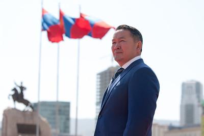 2019 оны есдүгээр сарын 03. Монгол Улсын Ерөнхийлөгч Халтмаагийн Баттулгын урилгаар ОХУ-ын Ерөнхийлөгч Владимир Владимирович Путин 9 дүгээр сарын 3-ны өдөр Монгол Улсад албан ёсны айлчлал хийв. Монгол Улсын Ерөнхийлөгч Х.Баттулга, ОХУ-ын Ерөнхийлөгч В.В.Путиныг Жанжин Д.Сүхбаатарын талбайд албан ёсоор угтах ёслолоор эхэлж ОХУ-ын Ерөнхийлөгч В.В.Путин Төрийн ордны Хүндэт зочны дэвтэрт гарын үсэг зурав.    Угтах ёслолын дараагаар Монгол Улсын Ерөнхийлөгч Х.Баттулга ОХУ-ын Ерөнхийлөгч В.Путинтэй уулзалт хийж хоёр улсын харилцаа, хамтын ажиллагааг хөгжүүлэх, бүс нутаг болон олон улсын түвшинд хамтран ажиллах өргөн хүрээний асуудлаар ярилцаж тохиролцоонд хүрэв. Айлчлалын үеэр ОХУ-ын Ерөнхийлөгч В.Путинд Монгол Улсын Их Хурлын дарга Г.Занданшатар, Ерөнхий сайд У.Хүрэлсүх нар тус тус бараалхаж хоёр улсын харилцаа, хамтын ажиллагааг Иж бүрэн стратегийн түншлэлийн хүрээнд өргөжүүлэн хөгжүүлэх тодорхой асуудлуудаар санал солилцов.        Уулзалт, хэлэлцээний үеэр талууд түүхэн уламжлалт, дайчин нөхөрлөл, цаг хугацааны сорилтоор шалгагдсан Монгол Улс, ОХУ-ын харилцаа итгэлцлийн үндсэн дээр хөгжиж байгааг онцлохын зэрэгцээ ОХУ-ын Ерөнхийлөгчийн энэ удаагийн айлчлалаар Монгол, Оросын харилцаа нэг шат ахин, Иж бүрэн стратегийн түншлэлийн түвшинд хүрснийг зарлаж Найрсаг харилцаа, Иж бүрэн стратегийн түншлэлийн гэрээнд гарын үсэг зурав. Айлчлалын хүрээнд хоёр орны харилцаа, хамтын ажиллагааг хөгжүүлэхэд чиглэсэн Засгийн газар, яамд хоорондын нийт 10 баримт бичигт гарын үсэг зурлаа.    Монгол Улсын Ерөнхийлөгч Х.Баттулга, ОХУ-ын Ерөнхийлөгч В.В.Путин нарын хэвлэл, мэдээллийн төлөөлөгчдөд хандаж айлчлалын дүнгийн талаар мэдээлэл хийв.  Энэхүү айлчлал нь манай хоёр ард түмний хувьд түүхэн ач холбогдолтой Халх голын байлдаанд ялалт байгуулсны 80 жилийн ойгоор хэрэгжиж байгаагаар онцлог бөгөөд уг ойг хамтран тэмдэглэх хүрээнд Монгол Улсын Ерөнхийлөгч Х.Баттулга, ОХУ-ын Ерөнхийлөгч В.В.Путин нар ЗХУ-ын баатар, маршал Г.К.Жуковын хөшөөнд цэцэг өгөх ёслолд оролцов.ГЭРЭЛ ЗУРГИЙГ Б.БЯМБА-ОЧИ