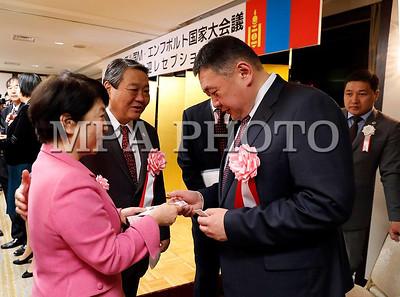 """2017 оны гуравдугаар сарын 27. Монгол Улсын Их Хурлын дарга М.Энхболд Япон Улсад албан ёсны айлчлал хийхээр өнөөдөр (2017.03.27) Токио хотод хүрэлцэн ирлээ.  Тэрбээр Япон-Монголын найрамдлын нийгэмлэгүүдийн удирдлагуудын зохион байгуулсан уулзалтад оролцсоноор айлчлалаа эхлүүлэв.  Энэхүү арга хэмжээг Япон Улсын парламентын Зөвлөхүүдийн танхим дахь Япон-Монголын парламентын бүлэг, Төлөөлөгчдийн танхим дахь Япон-Монголын найрамдлын бүлэг, Япон-Монголын нийгэмлэг, Япон-Монголын найрамдлын нийгэмлэг, Япон-Монголын эв найрамдлын нийгэмлэг, Япон-Монголын эмэгтэйчүүдийн соёлын солилцооны """"Солонго"""" нийгэмлэг зэрэг 7 байгууллага хамтран зохион байгуулсан юм.     Япон-Монголын найрамдлын нийгэмлэгийн тэргүүн Т.Янагисава уулзалтыг нээж хэлсэн үгэндээ хоёр орны хооронд дипломат харилцаа тогтоосны 45 жилийн ой энэ үеэр тохиож байгааг тэмдэглээд харилцаа, хамтын ажиллагаа улам бүр гүнзгийрэн хөгжиж байгаад найрамдлын нийгэмлэгийн гишүүд сэтгэл нэн ханамжтай байгаагаа илэрхийлэв. Тэрбээр УИХ-ын дарга М.Энхболдын Япон Улсад хийж буй албан ёсны айлчлалд амжилт хүслээ.  Дараа нь найрамдлын нийгэмлэгийн гишүүд хамтын ажиллагааны цаашдын төлөв, анхаарал татсан асуудлын талаар Монголын төлөөлөгчдөөс асуулт асууж, хариулт авав. Тэд Монгол Улс уул уурхай, ашигт малтмалаас гадна эдийн засгаа солонгоруулахын тулд ямар салбарын хөгжилд түлхүү анхаарах гэж байна вэ, долоо хоногт 3 удаагийн нислэг үйлддэг ч хоёр талын аль алинд суудал олдохгүй байгаа тул МИАТ компанийн нислэгийг нэмэгдүүлэх боломж бий юү гэх мэт асуултыг тавьж байлаа.  Уулзалтын үеэр Монгол Улсын Их Хурлын дарга М.Энхболд хэлсэн үгэндээ арга хэмжээг хамтран зохион байгуулж буй найрамдлын нийгэмлэгүүдийн гишүүдэд талархал илэрхийлээд Монгол-Японы хооронд дипломат харилцаа тогтоосны 45 жилийн ойн баярын мэндчилгээ дэвшүүлж, сакура цэцэглэх цагаар айлчлал хийж буйдаа  бэлгэшээж байна гэв.     Тэрбээр """"Япон дахь найрамдлын нийгэмлэгүүд хоёр орны түүх, соёл, иргэд хоорондын болон хүмүүнлэгийн хамтын ажиллагаанд үнэтэй хувь нэмэр ор"""