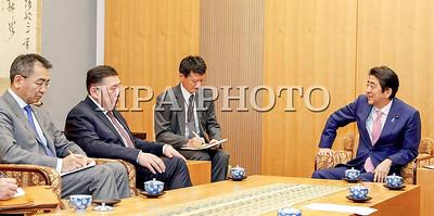 """2017 оны гуравдугаар сарын 30. Япон Улсад албан ёсны айлчлал хийж буй Монгол Улсын Их Хурлын дарга М.Энхболд айлчлалынхаа хоёр дахь өдөр Япон Улсын Ерөнхий сайд Ш.Абэ, Эрүүл мэнд, хөдөлмөр, нийгмийн хамгааллын сайд Я.Шиозаки нартай уулзав.  УИХ-ын дарга М.Энхболд нүүрс-хими, эрчим хүчний үйлдвэрлэлийн төсөл,  зарим бүтээгдэхүүний экспортын талаар санал тавилаа  Япон Улсад албан ёсны айлчлал хийж буй Монгол Улсын Их Хурлын дарга М.Энхболд Японы Ерөнхий сайд Ш.Абэтай энэ өдөр уулзлаа.     Ноён Ш.Абэ """"Монгол, Японы хооронд дипломат харилцаа тогтоосны 45 жилийн ойн үеэр Японд элэгсэг дотно ханддаг Монгол Улсын Их Хурлын дарга Та манай оронд айлчилж буйд баяртай байна"""" гэж уулзалтын эхэнд хэллээ.  Тэрбээр айлчлалын хүрээнд гарын үсэг зурах Стратегийн түншлэлийн Дунд хугацааны хөтөлбөр хоёр орны найрамдалт харилцаа, хамтын ажиллагааны ойрын ирээдүйн дүр зургийг тодорхойлох бөгөөд хөтөлбөрт тусгагдсан зорилтуудыг хэрэгжүүлэх чиглэлээр хоёр тал идэвхтэй хамтран ажиллаж, үр дүнд хүрнэ гэдэгт итгэж буйгаа илэрхийлэв. Мөн ОУВС-тай Монгол Улсын эдийн засаг, санхүүгийн шинэчлэлийн хөтөлбөр хэрэгжүүлэх тохиролцоонд хүрсэнд талархаж байна гээд энэ хөтөлбөрийн хүрээнд Япон Улсаас санхүүгийн бодит дэмжлэгийг нэн хөнгөлөлттэй зээлийн хэлбэрээр үзүүлэхэд бэлэн байна гэж мэдэгдлээ. Тэрбээр """"Энэ зээл Монголын эдийн засгийг эрүүлжүүлэх, өөрчлөлт шинэчлэлт хийхэд тус нэмэр болоосой гэж хүсэж байна"""" гэв.     УИХ-ын дарга М.Энхболд хүндэтгэн хүлээн авч, уулзаж буйд нь ноён Ш.Абэ-д талархал илэрхийлээд """"Өнөөдөр парламентын болон бусад түвшний олон чухал уулзалт хийсний дотор Японы парламентын Төлөөлөгчдийн танхимын нэгдсэн хуралдааны үйл ажиллагаатай танилцлаа. Энэ үеэр намайг болон манай төлөөлөгчдийг парламентын гишүүд элэгсэг дотноор угтан мэндчилсэн нь Та бүхний Монгол орныг, монголчуудыг гэсэн халуун дулаан сэтгэлийн илэрхийлэл гэж хүндэтгэж байна.  Монгол, Японы харилцаа, хамтын ажиллагааг хөгжүүлэх болон биднийг дэмжин туслах чиглэлээр ноён Ерөнхий сайд Таны зүгээс тавьж буй онцгой ан"""