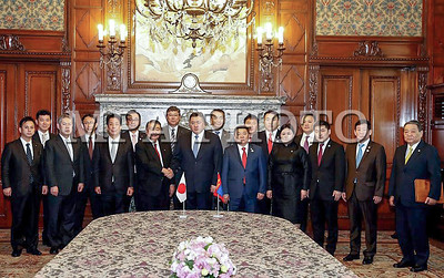 """2017 оны гуравдугаар сарын 28.  Монгол Улсын Их Хурлын дарга М.Энхболд Япон Улсад хийж буй албан ёсны айлчлалынхаа хүрээнд Япон Улсын парламентын Төлөөлөгчдийн танхимын дарга Т.Оошима, Зөвлөхүүдийн танхимын дарга Ч.Датэ нартай уулзлаа. Уулзалтуудаар хоёр тал парламент хоорондын болон бусад салбарын харилцаа, хамтын ажиллагааны асуудлыг хөндөж ярилцлаа.  Т.Оошима """"Монгол Улсын хөгжил дэвшлийг Японы парламент цаашдаа ч  туслан дэмжсээр байх болно"""" гэв    УИХ-ын дарга М.Энхболд Япон Улсын парламентын Төлөөлөгчдийн танхимын даргатай хийсэн уулзалтынхаа эхэнд ноён Т.Оошимагийн урилгаар албан ёсны айлчлал хийж буйдаа талархал илэрхийлээд, манай улсын гуравдагч хөрш Япон Улстай тогтоосон Стратегийн түншлэлийн харилцааны түвшинг улам гүнзгийрүүлэн, бүх салбарт өргөжүүлэн хөгжүүлэх нь манай гадаад бодлогын тэргүүлэх чиглэл байдаг хэмээн онцлон тэмдэглэлээ.        Тэрбээр """"Айлчлал Монгол, Японы хооронд дипломат харилцаа тогтоосны 45 жилийн ойн хүрээнд болж буй нь онцлог юм. Анх дипломат харилцаа тогтоож байсан үеийнхтэй харьцуулах юм бол хамтын ажиллагаа богино хугацаанд маш хурдацтай хөгжиж байгаад сэтгэл хангалуун байдаг. Хоёр орны хооронд эхлээд Иж бүрэн түншлэлийн, 1996 оноос Стратегийн түншлэлийн гэх мэтээр харилцааны түвшин байнга урагшлан дэвшиж ирлээ. Монгол Улс дахь ардчилсан шинэтгэл, өөрчлөлтийг гүнзгийрүүлэх, зах зээлийн харилцаанд шилжих зорилтыг хэрэгжүүлэхэд ямагт туслан, дэмжиж ирсэн Та бүхэнд Монголын ард түмэн гүн талархалтай ханддаг"""" гэв.         Япон Улсын парламентын Төлөөлөгчдийн танхимын дарга Т.Оошима хоёр орны харилцаанд зөвхөн Засгийн газрын түвшний биш, Парламент хоорондын харилцаа нэн чухал. Таны айлчлал манай парламент хоорондын харилцааны хөгжилд чухал түлхэц үзүүлнэ гэдэгт найдаж байна хэмээн үгийнхээ эхэнд тэмдэглэлээ.       Тэрбээр 2011 онд Японд тохиосон газар хөдлөлтийн гамшгийн үеэр Монголын ард түмэн бидэнд чин сэтгэлийн тусламж үзүүлсэн. Энэ сайхан сэтгэлийн дэмжлэгийг Та Шадар сайдын хувьд зохион байгуулж байсан. Дараа нь Монгол, Японы х"""