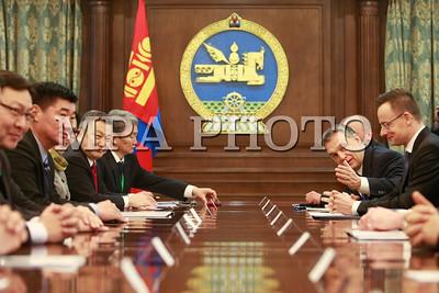 """2016 оны нэгдүгээр сарын 25. Монгол Улсын Их Хурлын дарга Зандаахүүгийн Энхболдод өнөөдөр /2016.01.25/ Монгол Улсад албан ёсны айлчлал хийж буй Бүгд Найрамдах Унгар Улсын Ерөнхий сайд Виктор Орбан дагалдан яваа албаны хүмүүсийн хамтаар бараалхав. Уулзалтын эхэнд Улсын Их Хурлын дарга, Бүгд Найрамдах Унгар Улсын Ерөнхий сайд Виктор Орбан тэргүүтэй хүндэт зочдыг Монгол Улсад тавтай зочлохыг урилаа. MPA PHOTO-6722 Бүгд Найрамдах Унгар Улсын Ерөнхий сайд Виктор Орбан, Улсын Их Хурлын даргыг цаг гарган хүлээн авч уулзсанд талархал илэрхийлээд дагалдан яваа төлөөлөгчдийн бүрэлдэхүүнээ танилцуулсан юм. Мөн тэрээр """"Сүүлийн жилүүдэд манай улсын эдийн засаг хүндхэн байсан учир Улаанбаатар хот дахь Элчин сайдын яамаа хаасан. Хэцүү үе ард хоцорсон болохоор дахин Элчин сайдын яамаа нээлээ. Өнөөдөр Унгар Улсад 100 монгол оюутан суралцаж байна. Монгол Улсын Ерөнхийлөгч саяхан манай улсад албан ёсны айлчлал хийсэн. Эртний дотно харилцаа эргэн сэргэж байгааг энд тэмдэглэн хэлмээр байна"""" гэлээ.  Улсын Их Хурлын дарга хэлэхдээ, уламжлалт найрсаг харилцаатай Унгар Улстай хамтын ажиллагааг бололцоотой бүх салбарт эрчимжүүлж, тогтвортой хөгжүүлэх нь Монгол Улсын гадаад бодлогын чухал зорилт болохыг онцлов. Монгол, Унгарын харилцаа, хамтын ажиллагааг шинэ шатанд гаргах, эдийн засгийн агуулгаар баяжуулахад Ерөнхий сайд Виктор Орбаны Монгол Улсад хийж буй анхны айлчлал ихээхэн ач холбогдолтойг тэмдэглэн хэллээ. Хоёр улсын хооронд дипломат харилцаа тогтоосны 65 жилийн ойн үеэр Унгар Улсын Ерөнхийлөгч, Гадаад хэрэг, худалдааны сайд нар айлчилсан болохыг дурдаад """"Хоёр орны парламент хоорондын харилцаа, хамтын ажиллагааг хөгжүүлэхэд өндөр түвшний харилцан айлчлал чухал үүрэгтэй"""" гэлээ.  Ази, Европын Парламентчдын /АЕП/ дээд түвшний уулзалт энэ оны 04 дүгээр сарын 21-22-нд Улаанбаатар хотноо болохыг Улсын Их Хурлын дарга хэлээд, уг уулзалт арга хэмжээнд Унгар Улсын Парламентын даргад урилга илгээсэн. Монгол Улс, Унгар Улстай улс төр, эдийн засаг, бизнес зэрэг бүхий л салбарт харилцаа, хамтын ажи"""