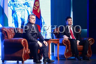 """2016 оны нэгдүгээр сарын 25. Унгар Улсын Ерөнхий сайд Виктор Орбаны Монгол Улсад хийж буй албан ёсны айлчлалын хүрээнд """"Монгол-Унгарын бизнес форум"""" зохион байгуулагдлаа. Форумд хоёр улсын Ерөнхий сайд нар оролцож, үг хэлсэн юм.  Ерөнхий сайд Ч.Сайханбилэг хэлсэн үгэндээ газар зүйн байршлын хувьд Монгол Улс Европын холбоо, Унгар Улсаас хол оршдог ч ОХУ, БНХАУ гэсэн дэлхийн хоёр том зах зээлийн дунд оршдог. Энэ зах зээл рүү манай улсаар дамжуулан гарах боломж, таатай нөхцөл бизнес эрхлэгч та бүхэнд байна. Монгол Улс 60 сая гаруй малтай учраас мах, махан бүтээгдэхүүн, ноос, ноолууран бүтээгдэхүүнийг үйлдвэрлэх, экспортлох бүрэн боломжтой. Мөн байгалийн баялаг ихтэй, алт, зэс, нүүрсний нөөцөө дэвшилтэт технологи ашиглан боловсруулж, дотоод болон гадаад зах зээлийг хангах боломж бий гэдгийг онцоллоо.    Унгар Улсын Ерөнхий сайд Виктор Орбаны албан ёсны айлчлалын хүрээнд хоёр орны Засгийн газар хооронд чухал баримт бичгүүдийг байгуулж, гарын үсэг зурсан. Монгол, Унгар хоёр улс ус, мах, ноолуур, эм зэрэг хөдөө аж ахуй, аж үйлдвэр, эрүүл мэндийн салбарт хамтран ажиллах боломжтойгоос гадна соёл урлаг, кино урлагт ч хамтран ажиллах боломж нээлттэй байна гэлээ.  Монгол Улс татварын орчин харьцангуй тогтвортой, татварын хувь, хэмжээ багатай орнуудын нэг. Хөрөнгө оруулалтын таатай нөхцөлийг бүрдүүлэх, эрх зүйн орчныг боловсронгуй болгоход анхаарч, Хөрөнгө оруулалтын шинэ хуулийг сүүлийн хоёр жил хэрэгжүүлж байна гэдгийг Ерөнхий сайд онцлоод Монгол Улсад хөрөнгө оруулахыг уриаллаа.    """"Монгол-Унгарын бизнес форум""""-д Монгол Улсын 200 гаруй, Унгар Улсын 40 гаруй бизнес эрхлэгч оролцлоо. Форумын төгсгөлд хоёр улсын Худалдаа аж үйлдвэрийн танхимын ерөнхийлөгч нар хамтын ажиллагааны гэрээнд гарын үсэг зурсан юм гэж Засгийн газрын Хэвлэл мэдээлэл, олон нийттэй харилцах албанаас мэдээллээ.   - See more at: http://zasag.mn/news/view/11973#sthash.Ynlf5Ekr.dpufГЭРЭЛ ЗУРГИЙГ Б.БЯМБА-ОЧИР/MPA"""