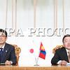 Монгол Улсын Ерөнхийлөгч Ц.Элбэгдоржийн урилгаар Япон Улсын Ерөнхий сайд Шинзо Абэ Монгол Улсад албан ёсны айлчлал хийж, АСЕМ-ын Дээд түвшний 11 дэх удаагийн уулзалтад оролцохоор өнөөдөр хүрэлцэн ирлээ.<br /> <br /> Төрийн ёслолын журмын дагуу Эзэн Хаант, Парламентын засаглалтай орны Ерөнхий сайдыг Ерөнхийлөгчийн хүндэт зочноор хүлээн авдаг уламжлалтай.<br /> <br /> Монгол Улсын Ерөнхийлөгч Ц.Элбэгдорж хүндэт зочныг Эзэн Чингис хааны талбайд хүндэтгэн угтаж, Төрийн хүндэт харуул жагслаа. Үүний дараа Эзэн Чингис хааны хөшөөнд хүндэтгэл үзүүлснээр Япон Улсын Ерөнхий сайд Ш.Абэгийн албан ёсны айлчлал эхэллээ.<br /> <br /> Энэхүү айлчлал нь Япон Улсын Ерөнхий сайд Ш.Абэгийн Монгол Улсад хийж буй гурав дахь удаагийн айлчлал бөгөөд 1990 оноос хойшхи Японы Ерөнхий сайдын 6 дахь удаагийн айлчлал болж байгаа юм.<br /> <br /> Угтах ёслолын дараа Монгол Улсын Ерөнхийлөгч Ц.Элбэгдорж Японы Ерөнхий сайд Шинзо Абэтэй албан ёсны хэлэлцээ хийв.<br /> <br /> Албан ёсны хэлэлцээний үеэр Монгол Улсын Ерөнхийлөгч Ц.Элбэгдорж Ерөнхий сайд Ш.Абэтэй дахин уулзсандаа баяртай байгаагаа тэмдэглэж, АСЕМ-ын Дээд түвшний уулзалтад оролцож, Монгол Улсад гурван  удаа айлчилсан Япон улсын анхны Ерөнхий сайд болж байгаад нь баяр хүргэж, талархал илэрхийлэв.<br /> <br /> Хэлэлцээний үеэр Монгол, Японы харилцаа Стратегийн түншлэлийн зарчимд тулгуурлан эрчимтэй хөгжиж, хамтын ажиллагаа улам гүнзгийрч, итгэлцэл бэхжиж, хоёр талын төдийгүй бүс нутаг, олон улсын тавцанд идэвхтэй хамтран ажиллаж байгаад сэтгэл ханамжтай байгаагаа тэмдэглэхийн зэрэгцээ Япон Улстай найрсаг харилцаа, хамтын ажиллагаа хөгжүүлэх нь Монгол Улсын гадаад бодлогын тэргүүлэх чиглэлийн нэг болохыг нотлов.<br /> <br /> Мөн Монгол Улсын ардчилал, шинэчлэлийг гүнзгийрүүлэх, орчин үеийн хөгжлийн суурийг тавихад Япон улсын дэмжлэг, зээл, тусламж онцгой үүрэг гүйцэтгэж ирсэн. Цаашид ч энэхүү дэмжлэг, тусламж Монгол Улсын хөгжилд зайлшгүй шаардлагатай байгааг дурдаад харилцан ашигтай, урт хугацааны эдийн засгийн түншлэлийг хөгжүүлэхийн төл