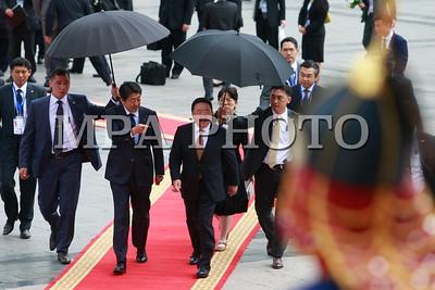 """Монгол Улсын Ерөнхийлөгч Ц.Элбэгдоржийн урилгаар Япон Улсын Ерөнхий сайд Шинзо Абэ Монгол Улсад албан ёсны айлчлал хийж, АСЕМ-ын Дээд түвшний 11 дэх удаагийн уулзалтад оролцохоор өнөөдөр хүрэлцэн ирлээ.  Төрийн ёслолын журмын дагуу Эзэн Хаант, Парламентын засаглалтай орны Ерөнхий сайдыг Ерөнхийлөгчийн хүндэт зочноор хүлээн авдаг уламжлалтай.  Монгол Улсын Ерөнхийлөгч Ц.Элбэгдорж хүндэт зочныг Эзэн Чингис хааны талбайд хүндэтгэн угтаж, Төрийн хүндэт харуул жагслаа. Үүний дараа Эзэн Чингис хааны хөшөөнд хүндэтгэл үзүүлснээр Япон Улсын Ерөнхий сайд Ш.Абэгийн албан ёсны айлчлал эхэллээ.  Энэхүү айлчлал нь Япон Улсын Ерөнхий сайд Ш.Абэгийн Монгол Улсад хийж буй гурав дахь удаагийн айлчлал бөгөөд 1990 оноос хойшхи Японы Ерөнхий сайдын 6 дахь удаагийн айлчлал болж байгаа юм.  Угтах ёслолын дараа Монгол Улсын Ерөнхийлөгч Ц.Элбэгдорж Японы Ерөнхий сайд Шинзо Абэтэй албан ёсны хэлэлцээ хийв.  Албан ёсны хэлэлцээний үеэр Монгол Улсын Ерөнхийлөгч Ц.Элбэгдорж Ерөнхий сайд Ш.Абэтэй дахин уулзсандаа баяртай байгаагаа тэмдэглэж, АСЕМ-ын Дээд түвшний уулзалтад оролцож, Монгол Улсад гурван  удаа айлчилсан Япон улсын анхны Ерөнхий сайд болж байгаад нь баяр хүргэж, талархал илэрхийлэв.  Хэлэлцээний үеэр Монгол, Японы харилцаа Стратегийн түншлэлийн зарчимд тулгуурлан эрчимтэй хөгжиж, хамтын ажиллагаа улам гүнзгийрч, итгэлцэл бэхжиж, хоёр талын төдийгүй бүс нутаг, олон улсын тавцанд идэвхтэй хамтран ажиллаж байгаад сэтгэл ханамжтай байгаагаа тэмдэглэхийн зэрэгцээ Япон Улстай найрсаг харилцаа, хамтын ажиллагаа хөгжүүлэх нь Монгол Улсын гадаад бодлогын тэргүүлэх чиглэлийн нэг болохыг нотлов.  Мөн Монгол Улсын ардчилал, шинэчлэлийг гүнзгийрүүлэх, орчин үеийн хөгжлийн суурийг тавихад Япон улсын дэмжлэг, зээл, тусламж онцгой үүрэг гүйцэтгэж ирсэн. Цаашид ч энэхүү дэмжлэг, тусламж Монгол Улсын хөгжилд зайлшгүй шаардлагатай байгааг дурдаад харилцан ашигтай, урт хугацааны эдийн засгийн түншлэлийг хөгжүүлэхийн төлөө байгааг тэмдэглэлээ.  Ерөнхий сайд Ш.Абэгийн дэвшүүлсэн """"Эрч"""", """"Эрч нэмэх"""" санаач"""