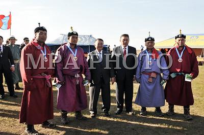 """2017  оны долоодугаар сарын 18. Монгол Улсын Их Хурлын дарга М.Энхболдын урилгаар манай улсад албан ёсны айлчлал хийж буй Япон Улсын парламентын Төлөөлөгчдийн танхимын дарга ноён Т.Оошима болон дагалдан яваа төлөөлөгчдөд зориулсан монгол үндэсний бэсрэг наадам Хүй долоон худагт боллоо.    Энэ үеэр хүчит бөхчүүдийн барилдаан, хурдан морины уралдаан, үндэсний сурын харваа болж, үндэсний дуу бүжгийн """"Улаанбаатар"""" чуулгын уран бүтээлчид тоглолтоо хүндэт зочдод сонирхуулсан юм.  Ноён Т.Оошима Монголын онгон дагшин байгалийн сайхан, үндэсний соёлын өвийн гайхамшгийг нүдээр үзсэндээ баярлан бахархаж, нүүдэлч малчдын ахуйтай цухас боловч танилцаж байгаадаа сэтгэл хангалуун байгаагаа илэрхийлж байлаа.    Хүчит бөхийн барилдаанд Завхан аймгийн Алдархаан сумын харьяат, улсын начин Б.Бадамсамбуу түрүүлж, Төв аймгийн Алтанбулаг сумын харьяат, аймгийн арслан П.Эрхэмжаргал үзүүрлэлээ.  Хурдан морины уралдаанд Төв аймгийн Бүрэн сумын Түвшинбатын хээр түрүүлж, Баян-Өнжүүл сумын Батжаргалын хонгор аман хүзүүнд давхисан бол Зуунмод сумын Баярбаатарын шарга халзан, Алтангэрэлийн хул, Цогтбаатарын халтар морьд айрагдлаа.    Үндэсний сурын харваанд эмэгтэйчүүдээс Улсын мэргэн Б.Батжаргал тэргүүлж, Гоц мэргэн Д.Бадамханд удааллаа. Эрэгтэйчүүдээс спортын дэд мастер Д.Алтаншагай түрүүлж, залуу харваач Г.Соёл-Эрдэнэ удаах байрт шалгарсан юм.  УИХ-ын дарга М.Энхболд, Японы парламентын Төлөөлөгчдийн танхимын дарга Т.Оошима нар сурын харвааг сонирхох үеэрээ сум тавьж цэц мэргээ сорьсноос гадна наадамд түрүүлж, үзүүрлэсэн бөхчүүд, айргийн морьд, уяачид, унаач хүүхдүүд, харваачдад шагнал гардуулж, баяр хүргэлээ.    Түүнчлэн М.Энхболд ноён Т.Оошимад хурдан удмын шарга морь бэлэглэсэн юм. Ноён Т.Оошима морьтой болж байгаадаа ихэд баярлаж, мориндоо """"Моори""""хэмээх нэр өгөв.  Ноён Т.Оошима дагалдан яваа төлөөлөгчдийн хамт маргааш өглөө (2017.07.19) Хөшигийн хөндийн нисэх онгоцны буудлын үйл ажиллагаатай танилцсанаар албан ёсны айлчлалаа өндөрлүүлнэ гэж УИХ-ын Хэвлэл мэдээлэл, олон нийттэй харилцах хэлт"""