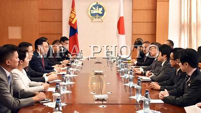 """2017  оны долоодугаар сарын 18. УИХ-ын дарга М.Энхболдын урилгаар манай оронд айлчилж байгаа Япон Улсын парламентийн төлөөлөгчдийн танхимын дарга Т.Оошимад Монгол Улсын Ерөнхий сайд Ж.Эрдэнэбат бараалхлаа.     Гуравдагч хөрш Япон Улстай найрсаг харилцаа, хамтын ажиллагаа хөгжүүлэх нь Монгол Улсын гадаад бодлогын тэргүүлэх чиглэлийн нэг бөгөөд Стратегийн түншлэлийг гүнзгийрүүлэн бэхжүүлэхэд Монгол Улсын Засгийн газар өндөр ач холбогдол өгдөг гэдгийг Ерөнхий сайд тэмдэглэлээ. Мөн дипломат харилцаа тогтоосны 45 жилийн ойн хүрээнд хоёр улсын Парламентын танхимын удирдлага харилцан айлчилж байгаа нь харилцааны түүхэнд том үйл явдал, цаашид дээд, өндөр түвшний айлчлалын давтамжийг хадгалахын төлөө байна гэв.  Айчлалын үеэр хоёр улсын Гадаад харилцааны сайд нар Монгол, Японы шинэ дунд хугацааны хөтөлбөрт гарын үсэг зурсан. Уг баримт бичгийг хэрэгжүүлэхэд Япон улсын парламентын зүгээс анхаарч ажиллана гэдэгт итгэлтэй байгаагаа Ерөнхий сайд хэллээ.  Хоёр орны харилцаа, хамтын ажиллагаа өндөр төвшинд хүрч, хамтын үнэт зүйлсээр холбогдсон Зүүн хойд Ази дахь Стратегийн дотно түнш болсон гээд Монгол Улсын хамрагдсан ОУВС-ийн """"Өргөтгөсөн санхүүжилтийн хөтөлбөр""""-т Япон Улс оролцож, санхүүгийн дэмжлэг үзүүлэх болсонд талархал илэрхийлэв.  Монгол Улсын Засгийн газар Эдийн засгийн түншлэлийн хэлэлцээрийн хэрэгжилтэд онцгой анхаарч байна. Цаашид давхар татвараас харилцан чөлөөлөх тухай хэлэлцээрийг ойрын хугацаанд байгуулахад Засгийн газар дэмжлэг үзүүлнэ гэв. Мөн  нүүрс-химийн цогцолбор байгуулах асуудлыг ажил хэрэг болгохоор Японы судалгааны баг Монголд ирж ажилласанд сэтгэл хангалуун байгаагаа Ерөнхий сайд хэллээ.    Монгол Улс олон улсын талбарт Япон Улсыг тогтмол дэмжиж ирсэн гэдгийг тэрээр тэмдэглээд НҮБ-ын Аюулгүйн Зөвлөлд Япон Улс байнгын гишүүн болох ёстой гэсэн зарчмын байр сууриа дахин нотлов.  Япон, Монголын хоооронд дипломат харилцаа тогтоосны 45 жилийн ойн хүрээнд УИХ-ын даргын урилгаар айлчилж байгаадаа баяртай байгаагаа Япон улсын парламентийн төлөөлөгчдийн танхимын да"""