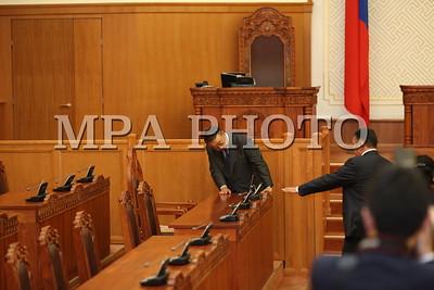"""2017 оны долоодугаар сарын 18. Монгол Улсын Их Хурлын дарга М.Энхболд манай улсад албан ёсоор айлчилж буй Япон Улсын парламентын Төлөөлөгчдийн танхимын дарга, ноён Тадамори Оошиматай уулзалт хийв.   Уулзалтын эхэнд ноён Т.Оошима Монгол Улсад айлчлахыг урьсанд нь УИХ-ын дарга М.Энхболдод талархал илэрхийлээд, """"Япон, Монголын хооронд дипломат харилцаа тогтоосны 45 жилийн ойн хүрээнд Монгол Улсад анх удаа айлчилж буйдаа баяртай байна. Хоёр орны харилцаа тулгамдсан, шийдвэрлэвэл зохих асуудлаа амжилтай даван туулж, улам бэхжин хөгжинө гэдэгт эргэлзэхгүй байна. Та бол Монголын улс төрд нөлөө бүхий томоохон улстөрч төдийгүй хоёр орны найрамдалт харилцааг хөгжүүлэх үйлсэд ихээхэн хувь нэмэр оруулсаар ирсэн хүн. Таны энэ үйл ажиллагаа цаашид ч үргэлжилнэ гэдэгт итгэлтэй байна. Би хувь хүнийхээ хувьд Тантай тогтоосон дотно андын харилцаагаа гүнээ эрхэмлэж явдаг"""" гэлээ.      УИХ-ын дарга М.Энхболд түүний урилгыг хүлээн авч айлчлахаар ирсэнд нь ноён Т.Оошимад талархаж, Японы парламентын Төлөөлөгчдийн танхимын дарга Монгол Улсад анх удаа айлчилж буйг онцлон тэмдэглээд, """"Дипломат харилцааны 45 жилийн ойн хүрээнд 4 сарын дотор хоёр орны парламентын дарга нар харилцан айлчилж буй нь чухал үйл явдал юм. Миний бие Ерөнхий сайдаар ажиллаж байхдаа 2006 оны 3-р сард Японд айлчилж, 7-р сард нь Японы тухайн үеийн Ерөнхий сайд Ж.Коизүми манайд ирж байсан цаг хугацаа энэ удаад давхцаж байна"""" гэв.   Тэрбээр """"Ази тивд ардчиллыг хөгжүүлж байгаа улс орнууд бол манай хоёр орон. Япон Улс бол манай хамгийн чухал гуравдагч хөрш. 1990-ээд оны эхэн үеэс эхлэн Япон Улс, Японы ард түмэн манай ардчилсан шинэтгэлийг тууштай дэмжиж, хүндрэл бэрхшээл тохиолдсон үе болгонд тусламжийн халуун гараа сунгаж ирснийг манай ард түмэн байнга хүндэтгэн дурсаж байдаг. Эдийн засаг хүндрэлтэй байгаа энэ үед ч гэсэн ОУВС-гийн хөтөлбөрийн хүрээнд санхүүгийн нэн хөнгөлөлттэй тусламж үзүүлэх шийдвэрийг Японы тал гаргасанд талархаж байна"""" гэж онцоллоо.   УИХ-ын дарга М.Энхболд хууль тогтоох байгууллагуудын хамтын ажиллагаа"""