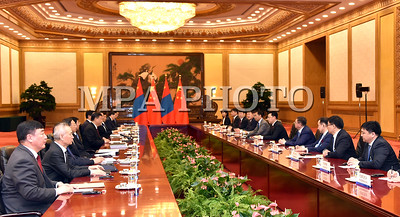 """2017 оны тавдугаар сарын 12. БНХАУ-д айлчилж буй Монгол Улсын Ерөнхий сайд Ж.Эрдэнэбат өнөөдөр 5 дугаар сарын 12-ны өдөр  БНХАУ-ын дарга Ши Жиньпинд бараалхав.  Уулзалтын үеэр талууд Монгол, Хятадын Иж бүрэн стратегийн хамтын ажиллагааг бодит агуулгаар баяжуулж, шинэ шатанд гаргах эрмэлзэлтэй байгаагаа харилцан илэрхийлэв.  Ерөнхий сайд Ж.Эрдэнэбат """"Бүс ба зам"""" олон улсын хамтын ажиллагааны дээд түвшний чуулга уулзалтад оролцохыг урьсан явдалд БНХАУ-ын дарга Ши Жиньпинд талархал илэрхийлэв. Тэрбээр """"Дэлхийн хөгжилд ганцаараа гоцлол хөгжим тоглохгүй, олуулаа найрал хөгжим тоглож хөгжье"""" гэсэн үзэл санааны дагуу БНХАУ-ын дарга Ши Жиньпиний санаачилсан """"Бүс ба Зам"""" санаачилгыг олон улсын хэмжээнд ихээхэн дэмжлэг хүлээж байгаад баяр хүргэв.  БНХАУ-ын дарга Ши Жиньпин """"2014 онд миний бие Монгол Улсад айлчилснаас хойш бид хамтран олон бодит ажил хийж, тодорхой үр дүнд хүрсэн. Цаашид  Хятад, Монголын харилцаа улам бат суурьтай байх ёстой"""" гэв. Тэрээр """"Холын садангаас ойрын хөрш илүү гэсэн үг байдаг"""" гээд дэлхийн хөгжлөөс Хятад, Монгол хоёр улс хамтдаа хожих хэрэгтэйг онцлов.  Монгол Улс """"Бүс ба зам"""" санаачилгын гол шугам дээр байгаа учраас энэ санаачилгад идэвхтэй оролцож хөгжих бүрэн боломжтой. Энэ хүрээнд Монголын """"Хөгжлийн зам"""" хөтөлбөрийг """"Бүс ба зам"""" санаачилгатай уялдуулан хөгжүүлэхээр тохирсон нь түншлэлийн харилцааг өргөжүүлэн хөгжүүлэх өргөн боломж бүрдэж байгаад талууд санал нэгдэв.  БНХАУ-тай харилцах харилцаа нь манай улсын гадаад бодлогын тэргүүлэх чиглэл юм гэдгээ Монгол Улсын Ерөнхий сайд Ж.Эрдэнэбат хэлээд худалдаа, эдийн засаг, хил орчмын хөгжил, дэд бүтцийн чиглэлээр хоёр улсын хамтарч хэрэгжүүлж болох зарим томоохон төсөл, хөтөлбөрийн талаар тодорхой байр сууриа илэрхийлэв.  Талууд хоёр улсын худалдааны эргэлтийг нэмэгдүүлж, худалдааны бүтцийг сайжруулах шаардлагатай байгааг тэмдэглэв.  Хятадын тал Монгол Улсад тулгараад буй эдийн засгийн түр зуурын хүндрэлийг даван туулахад дэмжлэг үзүүлэхэд бэлэн байгаагаа мэдэгдэв. Эдийн засгийн хамтын ажиллагааны хув"""