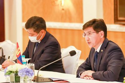 """2020 оны есдүгээр сарын 15. Монгол Улсын Гадаад харилцааны сайд Н.Энхтайван, БНХАУ-ын Төрийн зөвлөлийн гишүүн бөгөөд Гадаад хэргийн сайд Ван И нар 2020 оны 9 дүгээр сарын 15-ны өдөр албан ёсны хэлэлцээ хийв.  Хэлэлцээний үеэр Гадаад харилцааны сайд нар Монгол, Хятадын Иж бүрэн стратегийн түншлэлийн харилцааг бэхжүүлэх, харилцан ойлголцол, улс төрийн итгэлцлийг гүнзгийрүүлэх, бүх салбарын хамтын ажиллагааг урагшлуулах болон бүс нутаг, олон улсын харилцааны холбогдолтой өргөн хүрээний асуудлаар ярилцаж, олон асуудлаар тохиролцоонд хүрлээ.    Ойрын хугацаанд хэрэгжүүлэх боломжтой дээд, өндөр түвшний харилцан айлчлал, хамтын ажиллагааны голлох механизмуудын уулзалтын талаар ярилцлаа.  Ковид-19 цар тахлаас урьдчилан сэргийлэх хамтын ажиллагааг үргэлжлүүлэхийн зэрэгцээ худалдаа, эдийн засгийн хамтын ажиллагааг сэргээн идэвхжүүлэхэд гарч буй ахицыг бататгах,  хоёр талын томоохон төслүүдийн хэрэгжилтийг түргэтгэхэд анхаарч ажиллахаар боллоо.  Хоёр талын худалдааны эргэлтийг улам бүр нэмэгдүүлэх зорилгоор цаашид идэвхтэй хамтран ажиллах, энэ хүрээнд уул уурхайн бүтээгдэхүүний экспортыг тогтвортой өсгөх, хөдөө аж ахуй, мал аж ахуйн гаралтай бүтээгдэхүүний экспортыг нэмэгдүүлэх чиглэлээр хамтран ажиллахаар тохиролцлоо.  Талууд соёл, боловсрол, хүмүүнлэгийн хамтын ажиллагааг улам гүнзгийрүүлэхийг дэмжиж ажиллахаа илэрхийлэв.  Сайд нар бүс нутаг, олон улсын хамтын ажиллагааны асуудлаар ярилцаж,  Монгол, Хятад, Оросын гурван талын хамтын ажиллагаанд гарч буй бодит ахицыг улам бататгах чиглэлээр хүч чармайлт гарган ажиллахаа илэрхийлэв.    Айлчлалын хүрээнд """"Монгол, Хятадын хилийн боомт, тэдгээрийн дэглэмийн тухай Монгол Улсын Засгийн газар, БНХАУ-ын Засгийн газар хоорондын хэлэлцээр""""-т нэмэлт, өөрчлөлт оруулах тухай ноот бичиг"""" солилцож, Эдийн засаг, техникийн хамтын ажиллагааны тухай Засгийн газар хоорондын хэлэлцээр, Гадаад харилцааны яам хоорондын 2021-2022 оны хамтран ажиллах төлөвлөгөө, Монгол Улсаас БНХАУ-д гурил экспортлох үеийн хяналт шалгалт, хорио цээрийн шаардлагын тух"""