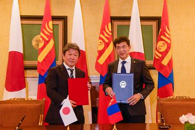 """2020 оны аравдугаар сарын 9. Монгол Улсын Гадаад харилцааны сайд Н.Энхтайван энэ сарын 9-ний өдөр Монгол Улсад албан ёсны айлчлал хийж буй Япон Улсын Гадаад хэргийн сайд Т.Мотэги-той албан ёсны хэлэлцээ хийв.  Яриа хэлэлцээ найрсаг дотно уур амьсгалд болж, талууд Монгол, Японы харилцааны өнөөгийн байдал, цаашдын зорилт, үйл ажиллагааны талаар дэлгэрэнгүй санал солилцов.  Гадаад харилцааны сайд Н.Энхтайван манай улсын """"гуравдагч хөрш"""", ардчиллын нийтлэг үнэт зүйлс бүхий  Япон Улсын Гадаад хэргийн сайд Т.Мотэги-гийн энэ удаагийн айлчлал манай улсад парламентын сонгууль болж, шинэ Засгийн газар үйл ажиллагаагаа эхлүүлээд удаагүй байгаа цаг үед, мөн Япон Улсад  Ерөнхий сайд Ё.Сүга-гийн Засгийн газар үйл ажиллагаагаа эхлүүлсний дараахан болж байгааг онцоллоо. Япон Улсын Гадаад хэргийн сайдын энэ удаагийн айлчлал Монгол, Японы Стратегийн түншлэлийн харилцааг улам бэхжүүлж, хамтын ажиллагаанд түлхэц өгнө гэдэгт итгэлтэй байгаагаа илэрхийлэв.  Гадаад хэргийн сайд Т.Мотэги  дэлхий нийтийг хамарсан цар тахлын үед бүс нутгийн улс орнууд үйл ажиллагаагаа уялдуулж, нягт хамтран ажиллахын чухлыг онцлоод Япон Улсын Засгийн газар Монгол Улстай хөгжүүлж буй Стратегийн түншлэлийн харилцааг цаашид ч өргөжүүлэн бэхжүүлэхийн төлөө байгаагаа нотлов. Тэрээр Япон Улсын Засгийн газар манай улсад нэн хөнгөлөлттэй нөхцөлөөр буюу 0,01 хувийн хүүтэй 25 тэрбум иенийн (230 гаруй сая ам.доллар) зээл олгохоор шийдвэрлэснийг мэдэгдэв. Албан ёсны хэлэлцээний дараа хоёр улсын Гадаад харилцааны сайд нар """"КОВИД-19 цар тахлын эсрэг хариу арга хэмжээний яаралтай зээл""""-ийн солилцох ноот бичигт гарын үсэг зурав.       Гадаад хэргийн сайд Т.Мотэги Япон Улсын Засгийн газраас иргэд харилцан зорчих урсгалыг шат дараатай нээх хүрээнд бизнесийн зорилгоор зорчих, урт хугацаанд Япон Улсад оршин суух манай иргэдэд Япон Улсад зорчих визийг олгож эхэлснээ танилцуулав.  Гадаад харилцааны сайд Н.Энхтайван Япон Улсын Засгийн газар Монгол орны ардчилал, шинэчлэл, тогтвортой хөгжлийг 1990-ээд оны эхэн үеэс хойш тууштай дэм"""