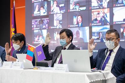 """2021 оны нэгдүгээр  сарын 15. Өчигдөр буюу 2021 оны 01 сарын 14-ний өдөр Хөдөлмөрийн Үндэсний Намын Их хурал цахим хэлбэрээр зохион байгуулагджээ. УИХ болон шат шатны төрийн бодлого, шийдвэрт оролцож буй улстөрийн хүчний хувьд хуулиа хүндэтгэн, эв нэгдлээ баталгаажуулж Улаанбаатар хот болон орон нутгаас нийт 120 төлөөлөгч оролцсон байна.  Энэхүү хурлаар тус намын дарга Б.Найдалаа үүрэгт ажлаасаа чөлөөлөгдөх хүсэлт гаргасныг хэлэлцэн шийдвэрлэж, Намын шинэ даргаар УИХ-ын гишүүн Т.Доржханд сонгогджээ.     Тэрээр илтгэлдээ: """"Бид Монгол ХҮНээ хөгжүүлсэн, технологийг хурдтай хэрэглэсэн, байгальд ойр байх """"Дэлхийн Монгол"""" хөгжлийн зорилтыг дэвшүүлж байна. Үүний хүрээнд 10 тулгуур бодлогыг авч хэрэгжүүлнэ.  Иргэнээ дээдэлсэн, институцын чадамж бүхий Монгол төрийг угсарна. Мэдлэг, итгэл үнэмшилтэй улстөрийн манлайллыг хийж Монголчуудыг нэг зүгт чиглүүлнэ. Зоригтой, амбицтай хөгжлийн стратеги төлөвлөлтийн хүрээнд ажлаа эрэмбэлж хэрэгжилтэд илүү анхаарна. Эдийн засгаа хурдацтай өсгөнө. Халамжийн биш ажлын байрны бодлого хэрэгжүүлнэ. Гадаадын хөрөнгө оруулалтыг татаж, дотоод хөрөнгө оруулалтаа дэмжинэ. Боловсролыг онц эрхэмлэнэ. Эрүүл мэнд, нийгмийн хамгааллын ончтой тогтолцоог бүрдүүлнэ. Үндэсний ижилслийг харгалзан Иргэн хүнээ бүтээнэ. Авилгатай бодитой, шургуу тэмцэнэ. Диаспора-Дэлхийн Монголчуудын хүчийг авна.    Намын төлөвшлийн хүрээнд Хөдөлмөрийн үндэсний нам нь дараах зарчмуудыг баримталж ажиллана.  Хувь хүний эрх чөлөө, аюулгүй байдал, хөгжлийг хангахад чиглэсэн """"ХҮН ДЭЭД"""" үзэл санаа буюу Зүүн төвийн социал демократ үзлийг баримталж ажиллана. """"ЦАХИМЖСАН, БОДЛОГЫН"""" нам Хатуу гишүүнчлэлийг хязгаарлаж, илүү """"ДЭМЖИГЧ ГИШҮҮН"""" төвтэй нам байна. Эрхэм нөхдөө,  Дайн дажингүй, байгалийн ноцтой гамшиггүй, шашны мөргөлдөөнгүй, харин баялаг түүхтэй, өөрийн онцлог соёлтой, байгалийн нөөцтэй, түүнээс илүү хөгжилд тэмүүлдэг амбицтай 3.4 сая иргэдтэй улсад асар их боломж бий. Гагцхүү энэ хөгжлийн боломжийг бий болгоход Төрийн зөв бодлого, түүнийг ажил болгох мэдлэг чадвартай, туршлаг"""