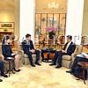"""БНХАУ-ын Засаг захиргааны онцгой бүс Хонконгт зохион байгуулагдсан Азийн хөрөнгө оруулалтын чуулга уулзалтын үеэр Монгол Улсын Ерөнхий сайд Ч.Сайханбилэг Хонконгийн Ерөнхий захирагч Лян Жөн-Ин-г хүлээн авч уулзлаа. Уулзалтын үеэр Монгол Улс, БНХАУ-ын Засаг захиргааны онцгой бүс Хонконг хоорондын хамтын ажиллагаанд үнэлэлт дүгнэлт өгч, цаашид ямар чиглэлээр хамтран ажиллах талаар ярилцсан юм.<br /> <br /> Ерөнхий сайд Ч.Сайханбилэг хоёр талын хамтын ажиллагаа өргөжиж байгааг тодотгоод Хонконгийн худалдаа хөгжлийн зөвлөл Монгол, Хонконгийн худалдаа, эдийн засгийн хамтын ажиллагаа, хөрөнгө оруулалтыг дэмжихэд чухал үүрэг гүйцэтгэж байгааг онцоллоо. Сүүлийн жилүүдэд талуудын Хөрөнгийн биржийн хамтын ажиллагаа сайжирч байгааг дурдаад энэ чиглэлээр хамтын ажиллагааг улам сайжруулах нь чухал болохыг хэллээ.<br /> <br /> <br /> <br /> Энэ үеэр Монголын талаас Хонкогт үзэсгэлэн худалдаа гаргах талаар хүсэлт тавьж, тохиролцоонд хүрсэн байна. Мөн аялал жуулчлалын салбарт хамтын ажиллагааг өргөжүүлэх талаар санал солилцжээ.<br /> <br /> Монгол Улс, БНХАУ-ын Засаг захиргааны онцгой бүс Хонконгийн иргэд хоорондын харилцааг чухалчлан ярилцсан байна. Тодруулбал, """"Эрүүгийн хэргийн талаар эрх зүйн туслалцаа харилцан үзүүлэх тухай хэлэлцээр"""" байгуулах чиглэлээр хамтарч ажиллахаар тогтлоо. Өнөөдрийн байдлаар Монголын 100 гаруй иргэн Хонконгт байнга оршин сууж байна. Мөн 37 иргэн ял эдэлж байна. """"Ялтан шилжүүлэх тухай Монгол Улсын Засгийн газар, БНХАУ-ын Засаг  захиргааны онцгой бүс Хонконгийн Засгийн газар хоорондын хэлэлцээр""""-т гарын үсэг зурсан нь хууль, эрх зүйн салбарын хамтын ажиллагаа нэг шат ахисныг харуулж байна. Энэ хэлэлцээр Хонконгийн талаас хүчин төгөлдөр болсон, манай улсын хувьд Улсын Их Хурал баталснаар хүчин төгөлдөр болж, хэрэгжиж эхлэх юм.<br /> <br /> Монгол Улс, Хонконгийн боловсролын салбарын хамтын ажиллагааны бодит үр дүнд анхаарах нь зүйтэй. Цаашид оюутан солилцох, Монголын оюутан залуус Хонконгийн их, дээд сургуулиудад суралцах боломжийн талаар хамтарч ажиллах """