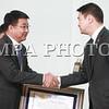 2016 оны дөрөвдүгээр сарын 4. Монгол Улсын Засгийн газрын 2013 оны 322 дугаар тогтоолоор батлагдсан хяналт-шинжилгээ, үнэлгээний шалгуур үзүүлэлтээр хамгийн өндөр оноо авч, 2015 оны ажлаараа тэргүүлсэн аймаг, нийслэлийн удирдлагуудад шагнал гардуулах ёслолын ажиллагаа Төрийн ордны Ёслол хүндэтгэлийн танхимд боллоо.<br /> <br /> Аймаг, нийслэлийн Засаг дарга, түүний Тамгын газрын 2015 оны үйл ажиллагааг бодлогын зорилт, байгууллагын чиг үүргийн хэрэгжилт, байгууллагын нээлттэй байдал, үйл ажиллагааны үр дагаврын үнэлгээ гэсэн 4 бүлэг 11 багц асуудлын хүрээнд үнэлснээс нийслэлийн Засаг даргын Тамгын газар болон Орхон, Сүхбаатар, Булган, Архангай, Говь-Алтай аймгийн Засаг даргын Тамгын газар тэргүүлжээ.<br /> <br /> Тэргүүлсэн аймгуудын шагналыг Монгол Улсын Ерөнхий сайд Ч.Сайханбилэг, Монгол Улсын сайд, Засгийн газрын Хэрэг эрхлэх газрын дарга С.Баярцогт нар гардуулж, баяр хүргэлээ.<br /> <br /> Үнэлгээгээр нийслэлийн Засаг даргын Тамгын газар, Орхон аймгийн Засаг даргын Тамгын газар тус бүр 4.47 буюу хамгийн өндөр оноо авч тэргүүлсэн. Нийт дүнгээр нь авч үзвэл, аймгийн Засаг даргын Тамгын газрын дундаж үнэлгээ 4.24 оноо буюу 84.8%, хамгийн бага үнэлгээ 4.06 оноо буюу 81.2%, хамгийн өндөр үнэлгээ 4.47 оноо буюу 89.4% хувьтай гарч байгаа нь орон нутгийн Засаг даргын Тамгын газрууд үндсэн чиг үүргээ хангалттай сайн биелүүлж байгааг харуулж байна гэж Ерөнхий сайд тэмдэглэлээ.<br /> <br /> Улаанбаатар хотын төр, захиргааны байгууллагууд төрийн үйлчилгээний хүнд суртлыг арилгаж, хөнгөн шуурхай байдлыг хангах талаар онцгой санаачилга гаргаж ажилласан бол Орхон аймаг хөгжилтэй орны жишигт нийцэхүйц оношилгоо, эмчилгээний эмнэлгийг ашиглалтад оруулж, өрсөлдөх чадварын үнэлгээгээр нэгд жагссан, Сүхбаатар аймаг иргэдийн эрүүл, аюулгүй орчинд ажиллаж, амьдрах нөхцөлийг бүрдүүлэх олон сайхан арга хэмжээг төлөвлөн ажиллаж үр дүнд хүрлээ гэж Монгол Улсын Ерөнхий сайд Ч.Сайханбилэг хэллээ. <br /> <br /> Цаашид гаргасан амжилтаа бататган, үйл ажиллагаагаа улам нээлттэй болгож, бодлог