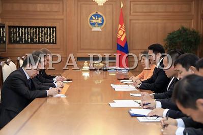 2017 оны аравдугаар сарын 24. Монгол Улсын Ерөнхий сайд У.Хүрэлсүх 2017 оны 10 дугаар сарын 24-ний өдөр ОХУ-аас Монгол Улсад суух Элчин сайд И.К.Азизовыг хүлээн авч уулзан харилцаа, хамтын ажиллагааны талаар ярилцав.  Ерөнхий сайдаар томилогдсонд нь баяр хүргэн цахилгаан утас ирүүлсэнд ОХУ-ын Засгийн газрын дарга Д.А.Медведевт талархаж байгаагаа Ерөнхий сайд уулзалтын эхэнд илэрхийллээ.  Тэрээр хоёр улсын харилцаа, хамтын ажиллагаа өргөжин хөгжиж байгаад сэтгэл хангалуун байна гээд цаашид худалдаа, эдийн засгийн салбарт түлхүү анхаарах шаардлагатайг тэмдэглэв.  Монгол Улс  мах, махан бүтээгдэхүүн, ноос, ноолуур, арьс шир, нэхий эдлэл зэрэг бараа, бүтээгдэхүүнийг ОХУ-д их хэмжээгээр нийлүүлэх боломжтой. Иймээс тарифын болон тарифын бус хориг саадыг арилгах чиглэлээр талууд хамтран ажиллах нь зүйтэй гэж үздэгээ Ерөнхий сайд тодотгов.  ОХУ Худалдааны төлөөлөгчийн газраа Улаанбаатар хотод дахин нээж байгаад талархал илэрхийлж, Евразийн эдийн засгийн холбоотой Чөлөөт худалдааны хэлэлцээр байгуулах нь худалдаа, эдийн засгийн хамтын ажиллагааг өргөжүүлэх нэг боломж гэж онцоллоо.  ОХУ шүлхийн эсрэг вакцин буцалтгүй тусламжаар нийлүүлсэнд Ерөнхий сайд У.Хүрэлсүх талархаад, энэ жил нийт ургацын 40 хувийг алдах төлөвтэй учир тодорхой хэмжээний улаан буудай авах сонирхолтой байна гэв.  Стратегийн түншлэлийг хөгжүүлэх Дунд хугацааны хөтөлбөр, Засгийн газар хоорондын комиссын 20 дугаар хуралдаанаас гаргасан шийдвэрийг хэрэгжүүлэхийн төлөө байна гэдэгтэй ОХУ-аас Монгол Улсад суух Элчин сайд И.К.Азизов санал нэгтэй байгаагаа илэрхийлэв.  Цаашид эрчим хүч, төмөр зам, хөдөө аж ахуй, агаарын тээвэр зэрэг салбарт хамтран ажиллах өргөн боломж байгааг Элчин сайд тэмдэглэлээ.  Талууд мөн Засгийн газар хоорондын комиссын 21 дүгээр хуралдааны тов, хэлэлцэх асуудал зэргийн талаар санал солилцов гэж Засгийн газрын Хэвлэл мэдээлэл, олон нийттэй харилцах хэлтсээс мэдээллээ. ГЭРЭЛ ЗУРГИЙГ Б.БЯМБА-ОЧИР/MPA