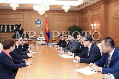 """2017 оны аравдугаар сарын 24. Монгол Улсын Ерөнхий сайд У.Хүрэлсүх өнөөдөр БНХАУ-аас Монгол Улсад суугаа Онц Бөгөөд Бүрэн Эрхт Элчин сайд Шин Хайминыг хүлээн авч уулзлаа.  Тэрээр: Элчин сайдтай дахин уулзаж буйдаа баяртай байна. Мөн БНХАУ-ын Төрийн зөвлөлийн Ерөнхий сайд Ли Көчяны баярын захидлыг уламжилсанд талархал илэрхийлье гээд уулзалтыг нээж сүүлийн жилүүдэд Монгол, Хятадын иж бүрэн стратегийн туншлэлийн харилцаа гүнзгийрэн хөгжиж, хоёр улсын хөгжилд чухал хувь нэмэр оруулж байна. Хоёр талын хооронд өмнө нь ярилцаж тохиролцсон хамтын ажиллагааны асуудлыг шинэ Засгийн газар үргэлжүүлэн ажиллана. Манай Засгийн газрын бодлого хэвээр байх болно.  Эдийн засгийн хамтын ажиллагааны чиглэлээр мөн тогтвортой бодлого үргэлжилнэ. Онцгойлж үзэх нэг асуудал нь сүүлийн саруудад Гашуунсухайт - Ганц мод боомтоор гарч буй манай экспортын хэмжээ ихээхэн буурч буйд сэтгэл зовниж  байна. Энэ асуудалд анхаарлаа хандуулж шийдвэрлэх нь  хоёр орны хооронд 2020 онд худалдааны эргэлтийг 10 тэрбум ам.долларт хүргэх зорилтыг хэрэгжүүлэх """"Бүс ба зам"""" санаачилгын саадгүй худалдааг хэрэгжүүлэхэд ихээхэн тустай хэмээн үзэж байна.  Манай хоёр орны соёл, боловсрол, шинжлэх ухаан, хүмүүнлэгийн салбарын хамтын ажиллагаа олон чиглэлээр улам идэвхтэй хөгжсөөр байна. Оюутан залуусын солилцоо өргөжиж байгаа нь иргэдийн харилцан ойлголцол найрамдлыг бэхжүүлэхэд чухал үүрэг гүйцэтгэж байгаа гэсэн юм.  БНХАУ-аас Монгол Улсад суугаа Онц Бөгөөд Бүрэн Эрхт Элчин сайд Шин Хаймин Монгол Улсын Ерөнхий сайд У.Хүрэлсүхэд хүлээн авч уулзсанд талархал илэрхийлээд Ерөнхий сайдаар томилогдсоноос хойшхи анхны уулзаж байгаа Элчин сайд болсондоо баяртай байна гэсэн юм. Монгол, Хятадын иж бүрэн стратегийн туншлэлийн харилцаа гүнзгийрэн хөгжиж байна. Монгол Улсын Засгийн газрын бодлого тогтвортой үргэлжилнэ гэдэгт итгэж байна. Таны өнөөдөр тавьсан экспортыг нэмэгдүүлэх тухай асуудлыг анхааралдаа авна гэлээ гэж Засгийн газрын Хэвлэл мэдээлэл, олон нийттэй харилцах хэлтсээс мэдээллээ. ГЭРЭЛ ЗУРГИЙГ Б.БЯМБА-ОЧИР/MPA"""