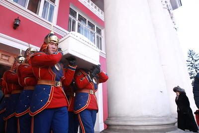 """2019 оны хоёрдугаар сарын 11. Монгол Улсын Хөдөлмөрийн баатар, БНМАУ-ын Төрийн шагналт, Соёлын гавьяат зүтгэлтэн, Ардын Уран Зохиолч, яруу найрагч Бавуугийн Лхагвасүрэнг алсын замд нь үдэх ёслол Улсын драмын Эрдмийн театрт боллоо.  Яруу найрагч, төр, нийгмийн зүтгэлтэн, их соён гэгээрүүлэгч Бавуугийн Лхагвасүрэн 2019 оны хоёрдугаар сарын 5-ны өдөр өвчний улмаас таалал төгсөж Монголын уран зохиол, соёл, урлагийн салбарт нөхөж баршгүй хүнд гарз тохиолоо. Монголын ард түмний бишрэлийг төрүүлсэн их найрагч Б.Лхагвасүрэн 1944 оны арваннэгдүгээр сарын 25-ны өдөр Төв аймгийн Баян-Өнжүүл суманд төржээ. Тэрбээр 1963 онд Худалдааны техникум, 1973 онд Москвагийн Кино урлагийн дээд сургуульд тус тус суралцаж төгсжээ.  Б.Лхагвасүрэн 1963 оноос Улсын хүүхэлдэйн театрт жүжигчин, зураач, туслах найруулагч, дарга, 1968 оноос Монголын зохиолчдын эвлэлийн дэргэдэх үлгэрийн танхимд жүжигчин, """"Утга зохиол"""" сонин, Монголын радиод редактор, Соёлын яаманд мэргэжлийн зохиолчоор, 1990-1992 онд Монголын зохиолчдын эвлэлийн даргаар, 2009-2012 онд Засгийн газрын хэрэгжүүлэгч агентлаг Соёл, урлагийн хорооны даргаар тус тус ажиллаж байв. 1992-1995 онд Улсын Их Хурлын гишүүнээр сонгогдон ажиллахдаа соёл, урлагийн асуудлаар олон арван хууль, тогтоомжийг санаачлан батлуулсан юм. Тэрбээр """"Ангир уураг"""", """"Хос уянга"""", """"Гашуун өвс"""" зэрэг шүлгийн түүвэр, """"Тамгагүй төр"""", """"Хүйтэн сэнтий"""", """"Атга нөж"""", """"Үгүйлэгдсэн хайр"""" """"Галзуу гурвалжин"""" зэрэг олон арван жүжгийн болон уран сайхны кино зохиолууд, сонсогчдын сэтгэл зүрхэнд мөнхөрсөн нийтийн шилдэг олон дууны шүлгийг туурвижээ. Б.Лхагвасүрэн """"Уянгын тойрог"""", """"Цагаан тэнхлэг"""" номоороо шинэ үеийн яруу найрагт ур чадварын гайхамшгийг харуулсан давтагдашгүй содон өвөрмөц урлах арга барил, хэлбэр агуулга, урлагийн гоо сайхан, гүн ухаан сэтгэлгээний шинэчлэлт хийсэн, монгол түмний бахархал хүндэтгэлийг төрүүлсэн, олны хайртай яруу найрагч байсан юм. Б.Лхагвасүрэн яруу найрагч, зохиолч бие хүнийхээ хувьд эх орон, ард олондоо туйлын хайртай, галтай эх оронч, үнэнч шуд"""