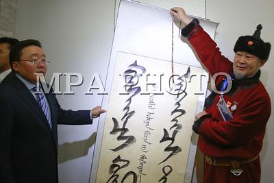 """2016 оны Аравдугаар сарын 28. Их эзэн Чингис хаан мэндэлсэн Монгол бахархлын өдөрт зориулан, Монгол Улсын Ерөнхийлөгчийн санаачилгаар уламжлал болгон зохиож буй """"Мөнх тэнгэрийн бичиг-2016"""" уран бичлэгийн олон улсын үзэсгэлэнгийн нээлт Монголын Уран зургийн галерейн үзэсгэлэнгийн танхимд боллоо.  2011 оноос уламжлал болгон зохиож буй тус үзэсгэлэн өнөө жил олон улсын үзэсгэлэн болон өргөжиж, 5 улсын 40 гаруй уран бүтээлч, төлөөлөгч оролцож байна. Үзэсгэлэн 2016 оны 10 дугаар сарын 28-ны өдрөөс 11 дүгээр сарын 01-ний өдрийг хүртэл үнэ төлбөргүйгээр гарна.  Үзэсгэлэнгийн хүрээнд ЕБС-ийн багш нарын бүтээлийн үзэсгэлэнг Хүүхдийн урлан бүтээх төвд 2016 оны 10 дугаар сарын 27-ны өдрөөс эхлэн, Монгол бахархлын өдөрт зориулсан үзэсгэлэнг Цонжин болдогт байрлах Чингис хааны морьт хөшөө цогцолборт 2016 оны 10 дугаар сарын 30-ны өдрөөс эхлэн тус тус 10 хоног зохион байгуулна.  ГЭРЭЛ ЗУРГИЙГ Б.БЯМБА-ОЧИР/MPA"""