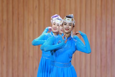 """2019 оны долдугаар сарын 30. Энэ жил Дундад, Монгол хоёр улсын гадаад харилцаа байгуулагдсан 70 жилийн ой, мөн шинэ Дундад улс байгуулагдсаны 70 жилийн тохиож буй. Үүнтэй холбогдуулан """"Манай улаан мөчир"""" гэрэл зургийн үзэсгэлэнг Улаанбаатар хотноо гаргаж байна. Монгол Улсын Филармонид нээлтээ хийсэн тус үзэсгэлэнгийн нээлтэд хоёр орны гэрэл зургийн холбооны тэргүүлэгчид болоод соёлын байгууллагынхан оролцлоо.   Дашрамд дурдахад, Монгол-Хятадын дипломат харилцаа тогтоосны түүхт 70 жилийн ойг тэмдэглэх хоёр улсын Засгийн газрын хамтарсан хөтөлбөр гарч, энэ дагуу олон арга хэмжээ амжилттай зохион байгуулж байгаагийн нэг илрэл нь энэхүү үзэсгэлэн юм. ГЭРЭЛ ЗУРГИЙГ Б.БЯМБА-ОЧИР/MPA"""