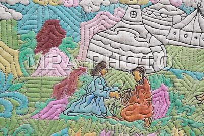 """2017 есдүгээр сарын 13. 2017  оны есдүгээр сарын 13.""""Монголын Нууц Товчоо""""-г 108 метр эсгий зээгт ширмэлээр урласан дүрслэх урлагийн бүтээлийг Олон нийтэд танилцууллаа. ГЭРЭЛ ЗУРГИЙГ Б.БЯМБА-ОЧИР/MPA"""